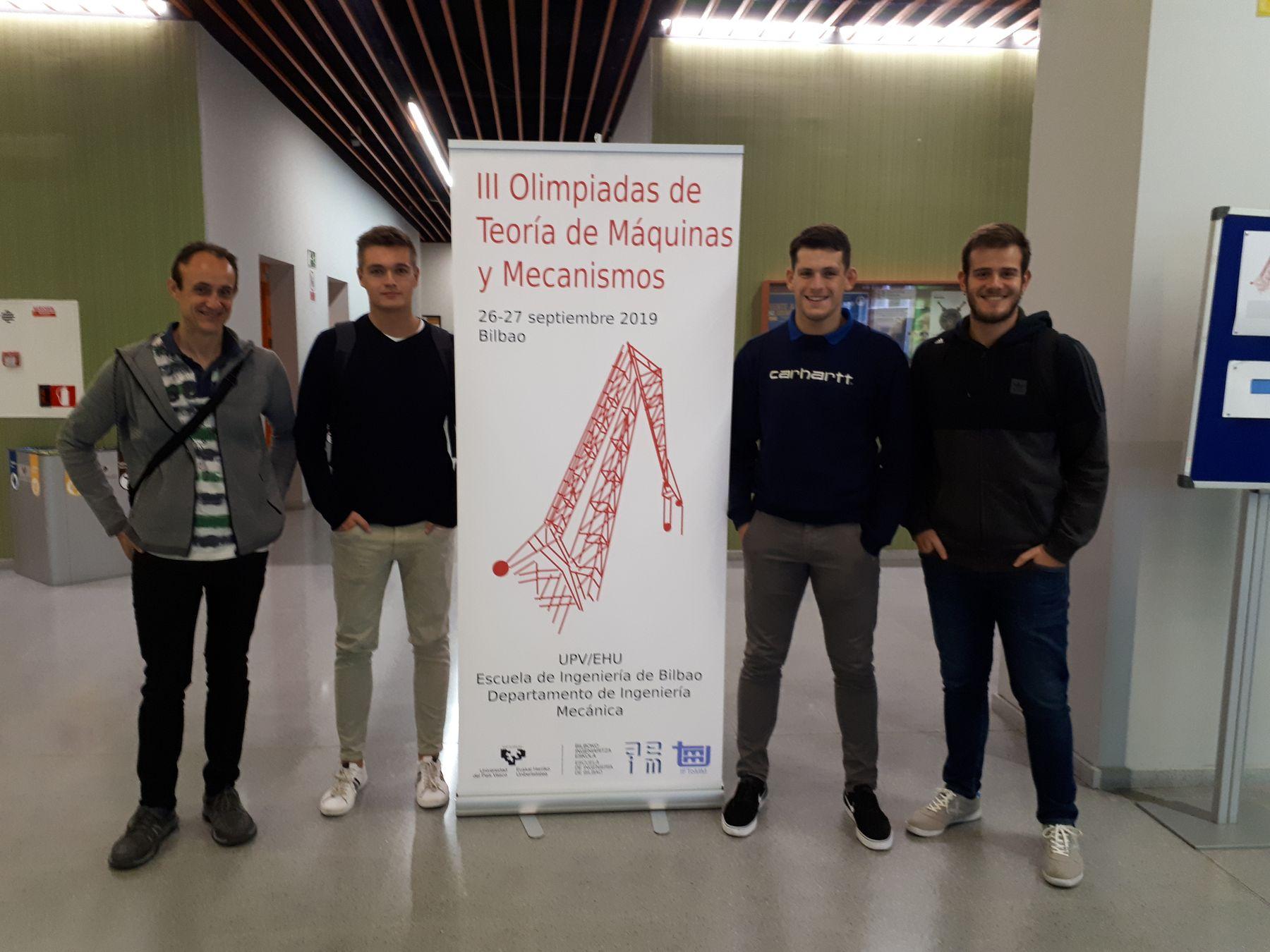 Estudiantes participantes en la Olimpiada, junto al profesorado. De izda. a dcha., Xabier Iriarte, Mario López, Lucas Monreal y Javier Lerga.