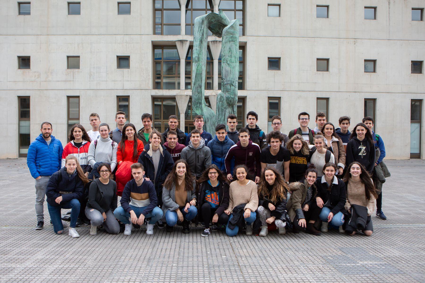 Estudiantes del Colegio Santa Teresa de Pamplona posan en el campus de Arrosadia de la UPNA.