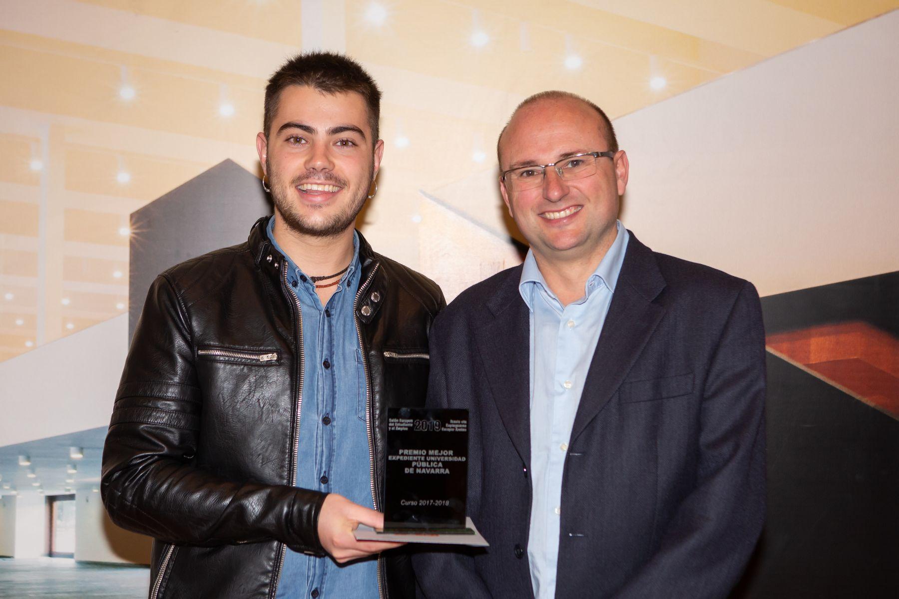 Roldán Jimeno (dcha.), con Ander Loyola, tras la entrega del premio.