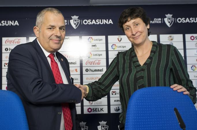 La profesora e investigadora del Instituto INARBE de la UPNA Mónica Cortiñas estrecha la mano del director general de Osasuna, Fran Canal.