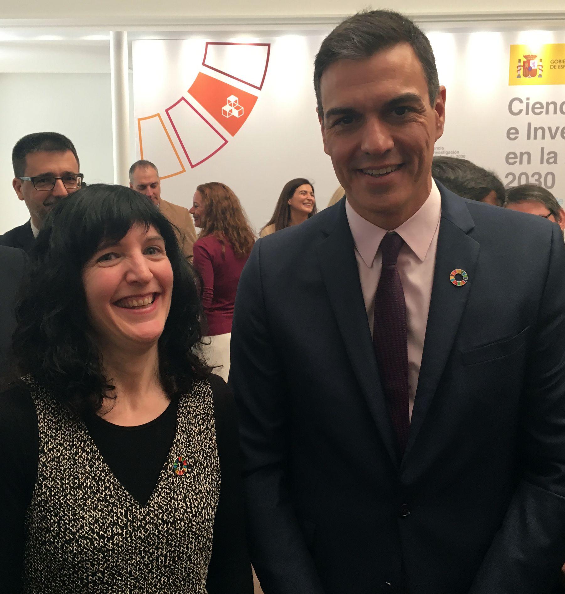 Maite Martínez Aldaya, investigadora del Instituto IS-FOOD de la UPNA, habla con el presidente Pedro Sánchez.