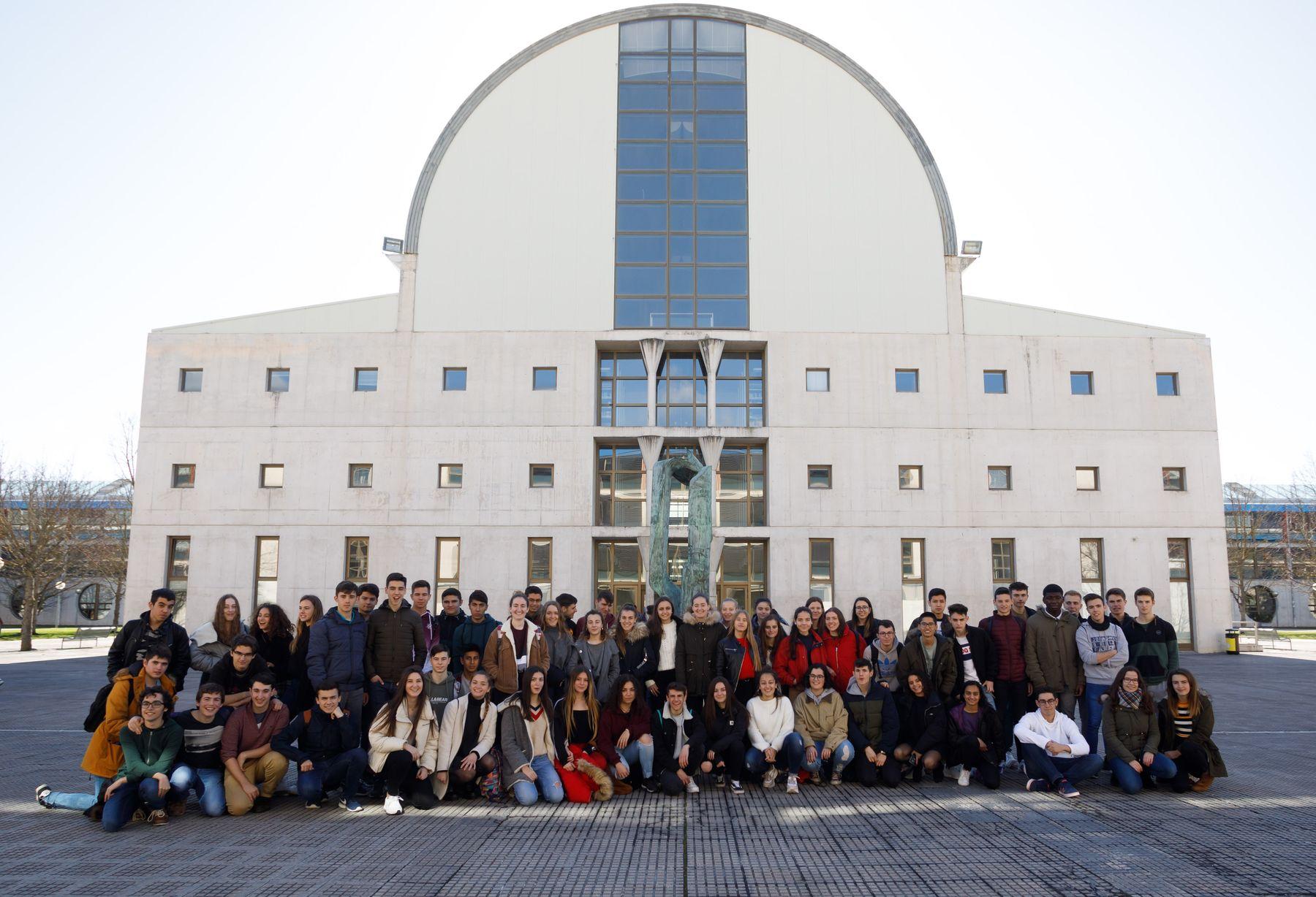 Estudiantes del Colegio Santa María la Real posan en el campus de Arrosadia de la UPNA.