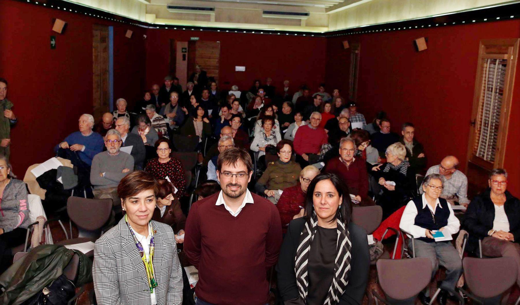 De izq. a dcha.: Eloísa Ramírez Vaquero (vicerrectora de la UPNA), Íñigo Mugueta Moreno (profesor de la UPNA y uno de los conferenciantes) y Amaya Zardoya Lapeña (Asociación de Amigos de la Catedral de Tudela).