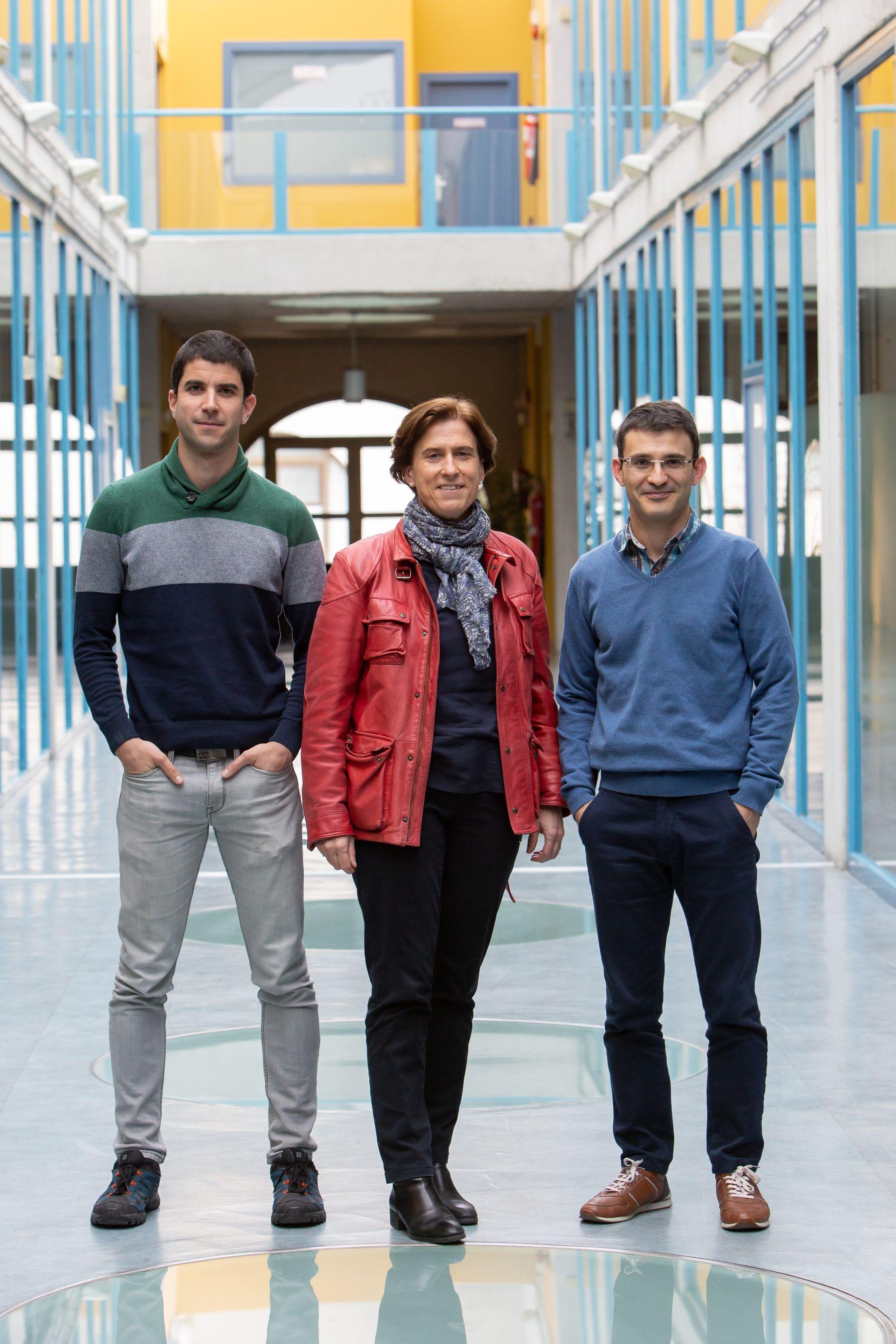 El grupo investigador creador de la aplicación. De izda. a dcha., Aritz Adin, Lola Ugarte y Tomás Goicoa.