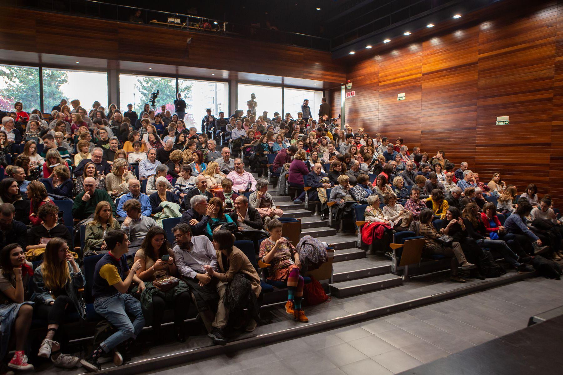 Imagen del público asistente, en Civivox Iturrama, a una de las representaciones del ciclo organizado por la UPNA.