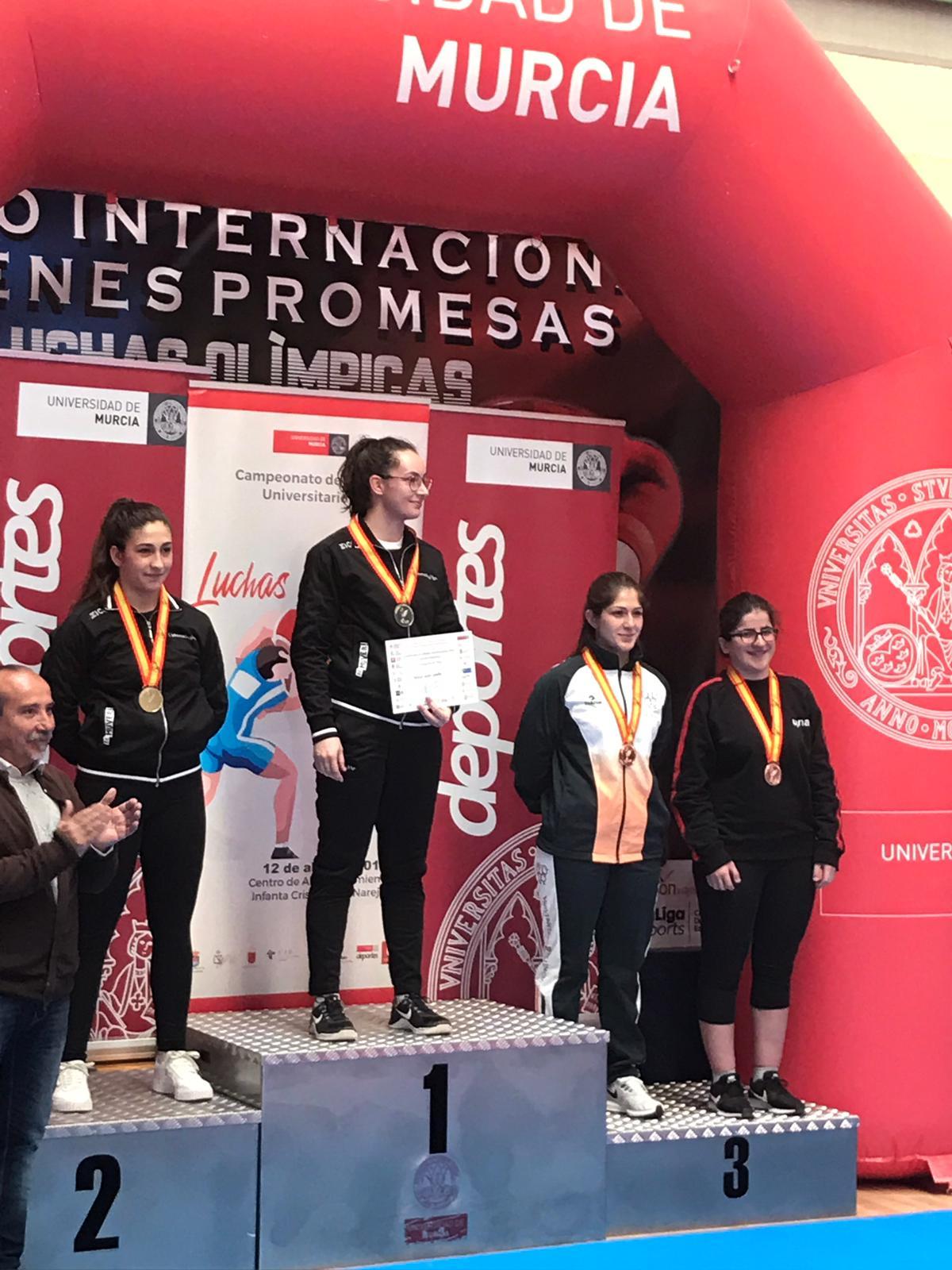 Podio del Campeonato de España Universitario de Luchas Olímpicas. La alumna de la UPNA Itziar Rekalde (primera por la derecha), con su medalla de bronce.