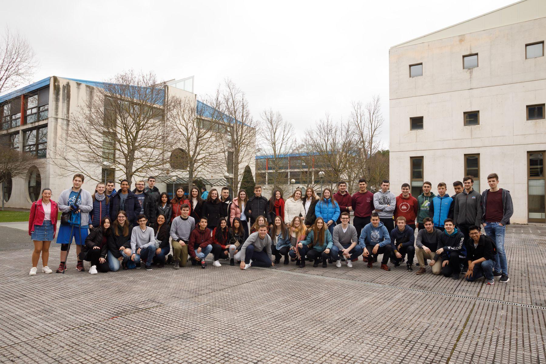 Estudiantes del Colegio El Puy de Estella posan en el campus de Arrosadia de la UPNA.