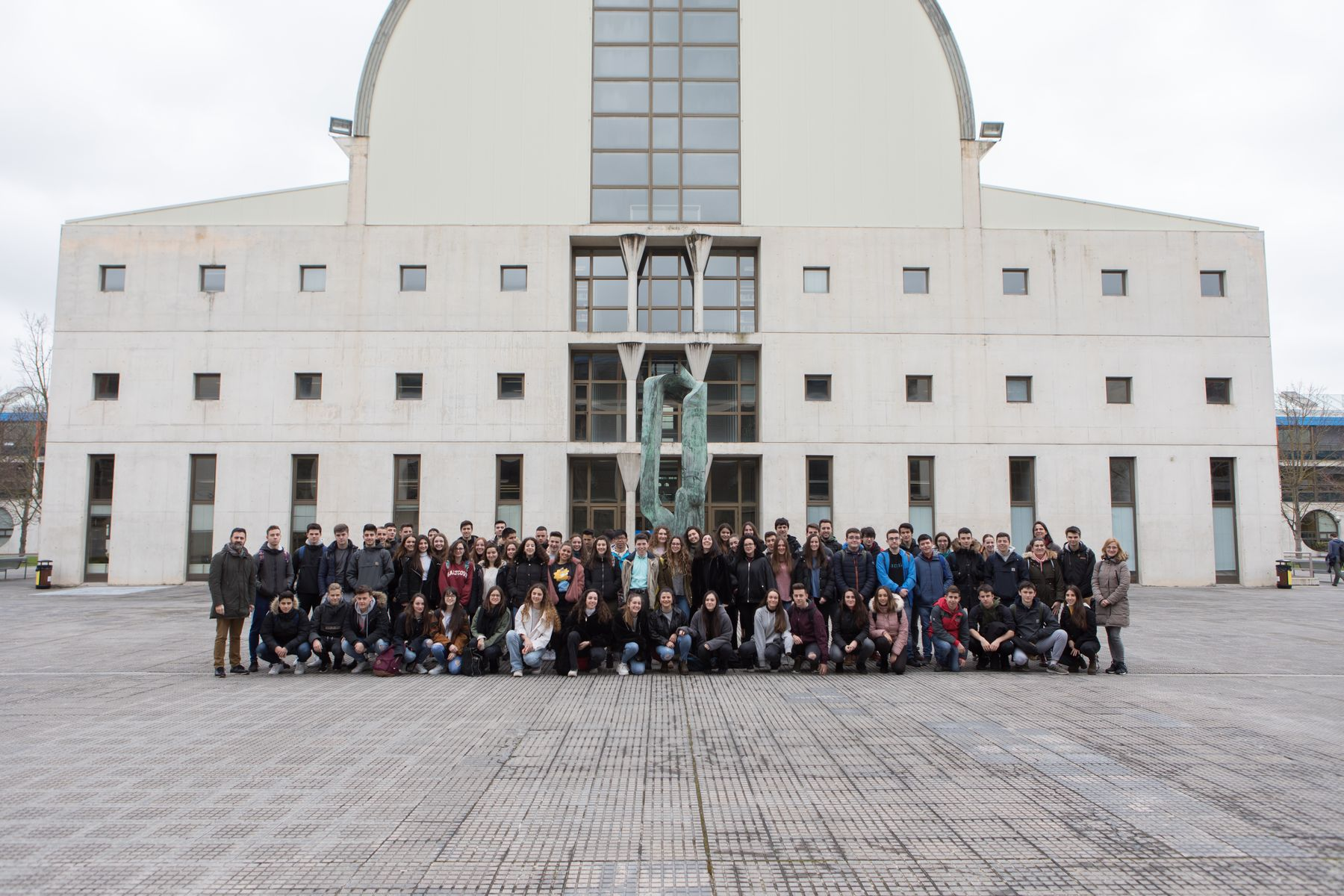 Estudiantes del Colegio Sagrado Corazón de Pamplona posan en el campus de Arrosadia de la UPNA.