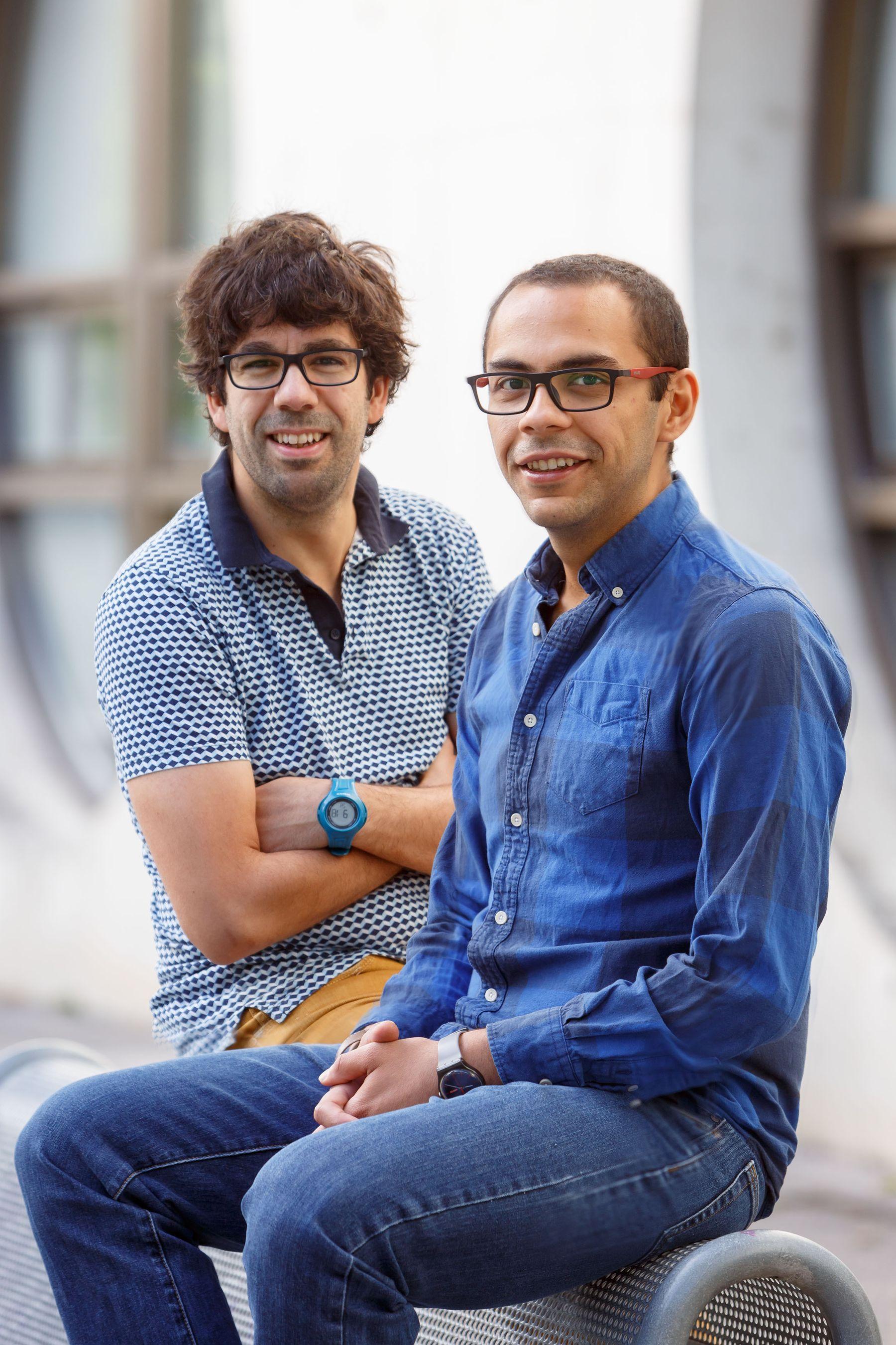 Miguel Beruete (al fondo) y Víctor Pacheco, autores de la investigación, en el campus de Arrosadia de la UPNA.