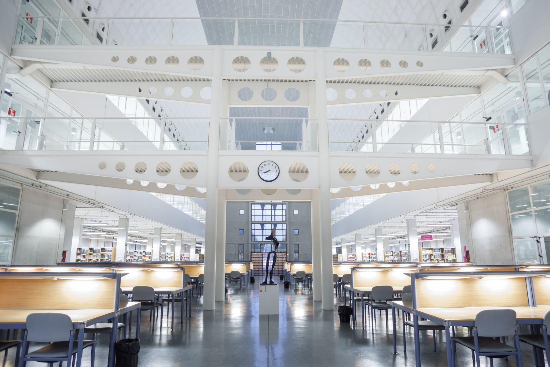 Interior de la Biblioteca del campus de Arrosadia, en Pamplona, de la UPNA.