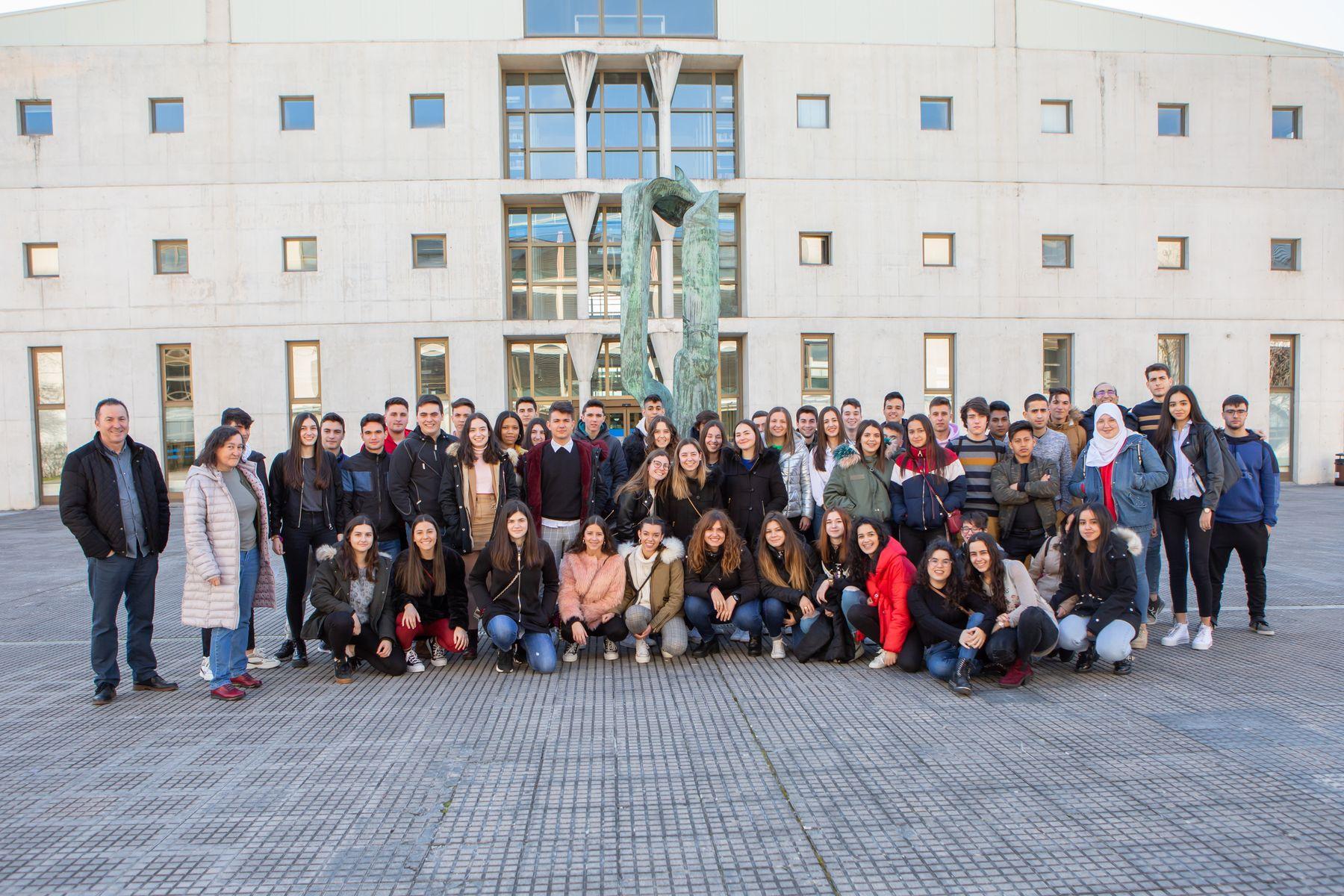 Estudiantes del IES Valle del Ebro de Tudela posan en el campus de Arrosadia, en Pamplona, de la UPNA.