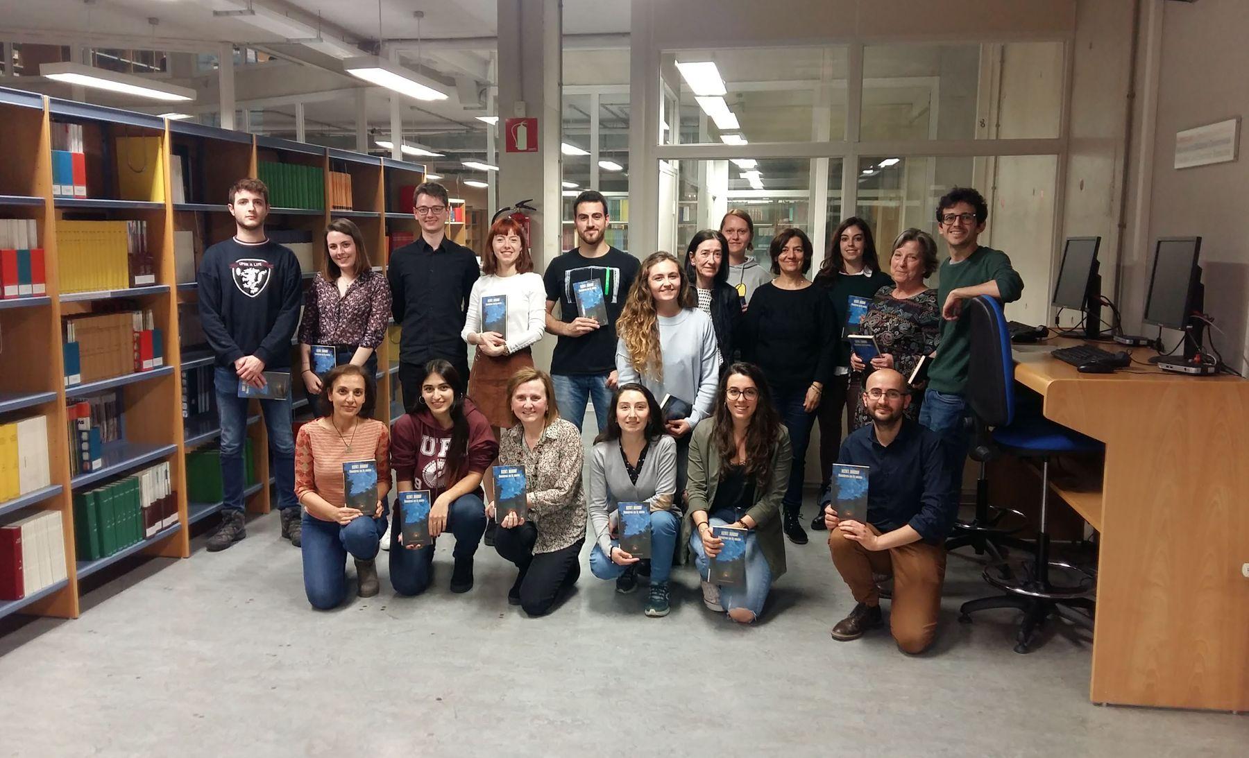 """El Club de Lectura de la UPNA posa en la Biblioteca del campus de Arrosadia con la última de las obras leídas: """"Nosotros en la noche""""."""
