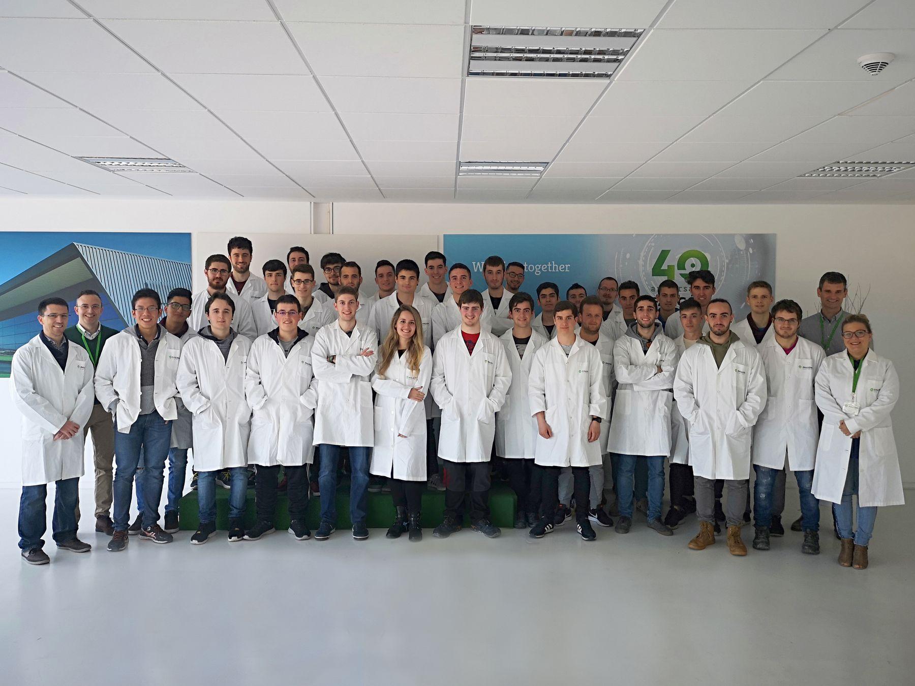 Los estudiantes de los grados en Ingeniería Eléctrica y Electrónica y en Ingeniería en Tecnologías Industriales de la UPNA posan en las instalaciones de Falcón Electrónica.