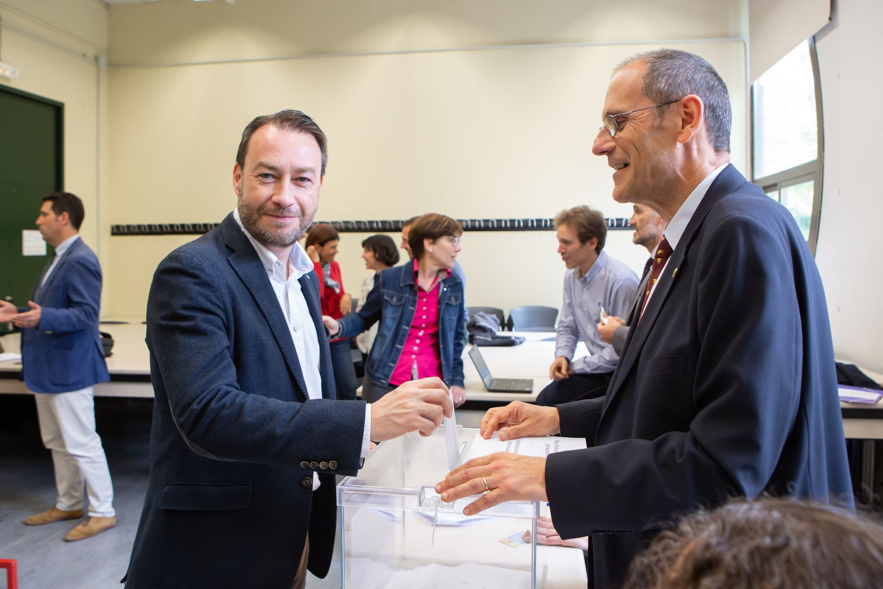 El candidato Ramón Gonzalo, vicerrector de Investigación, vota en las elecciones.