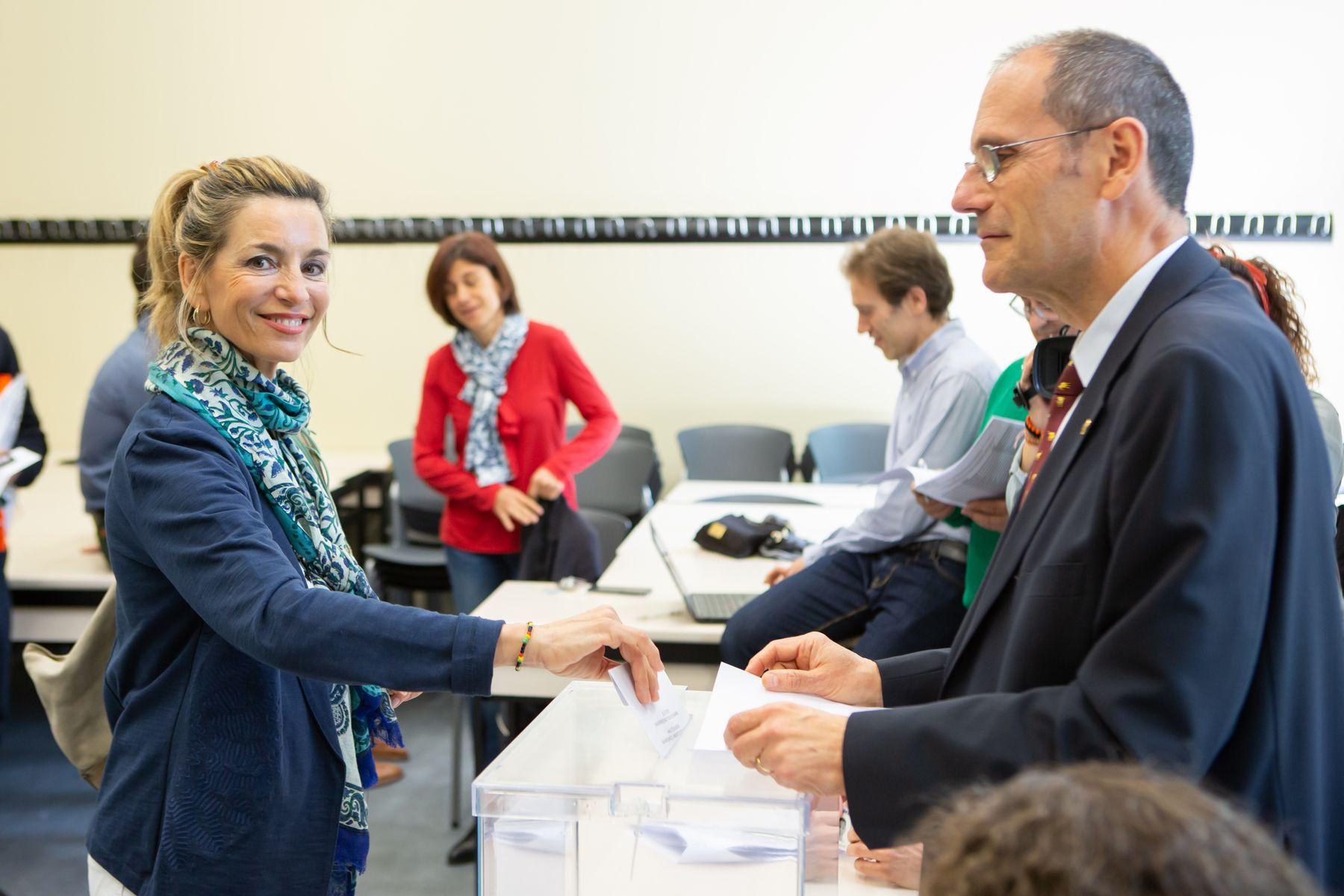 La candidata María José Beriáin, directora del Instituto IS-FOOD, emite su voto en las elecciones.
