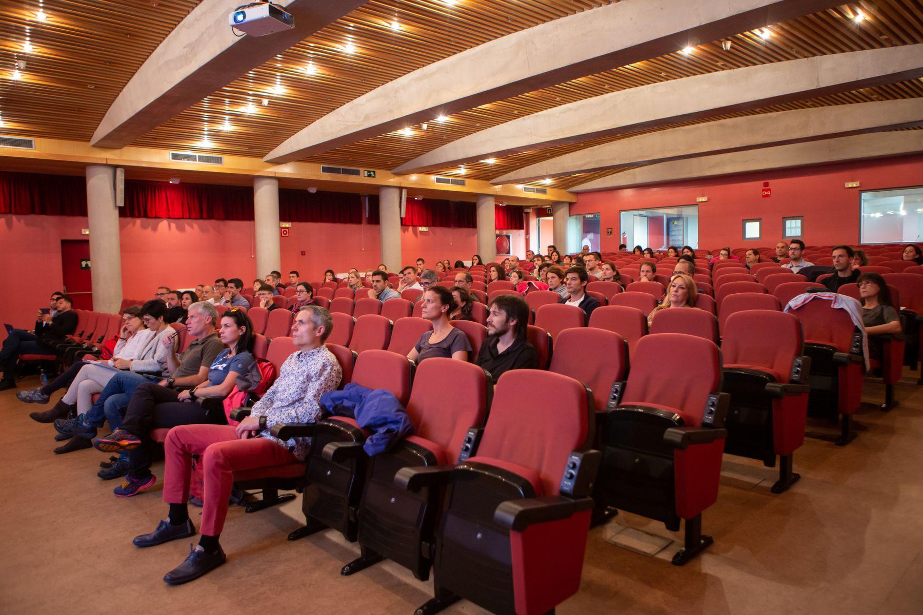 Una imagen del público asistente a la inauguración de la jornada, celebrada en el Salón de Actos de la Facultad de Ciencias de la Salud de la UPNA en Pamplona.