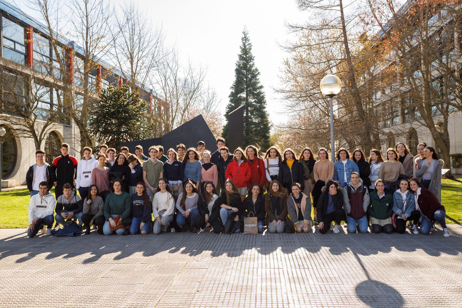 Estudiantes del Liceo Monjardín de Pamplona posan durante su visita al campus de Arrosadia de la UPNA.