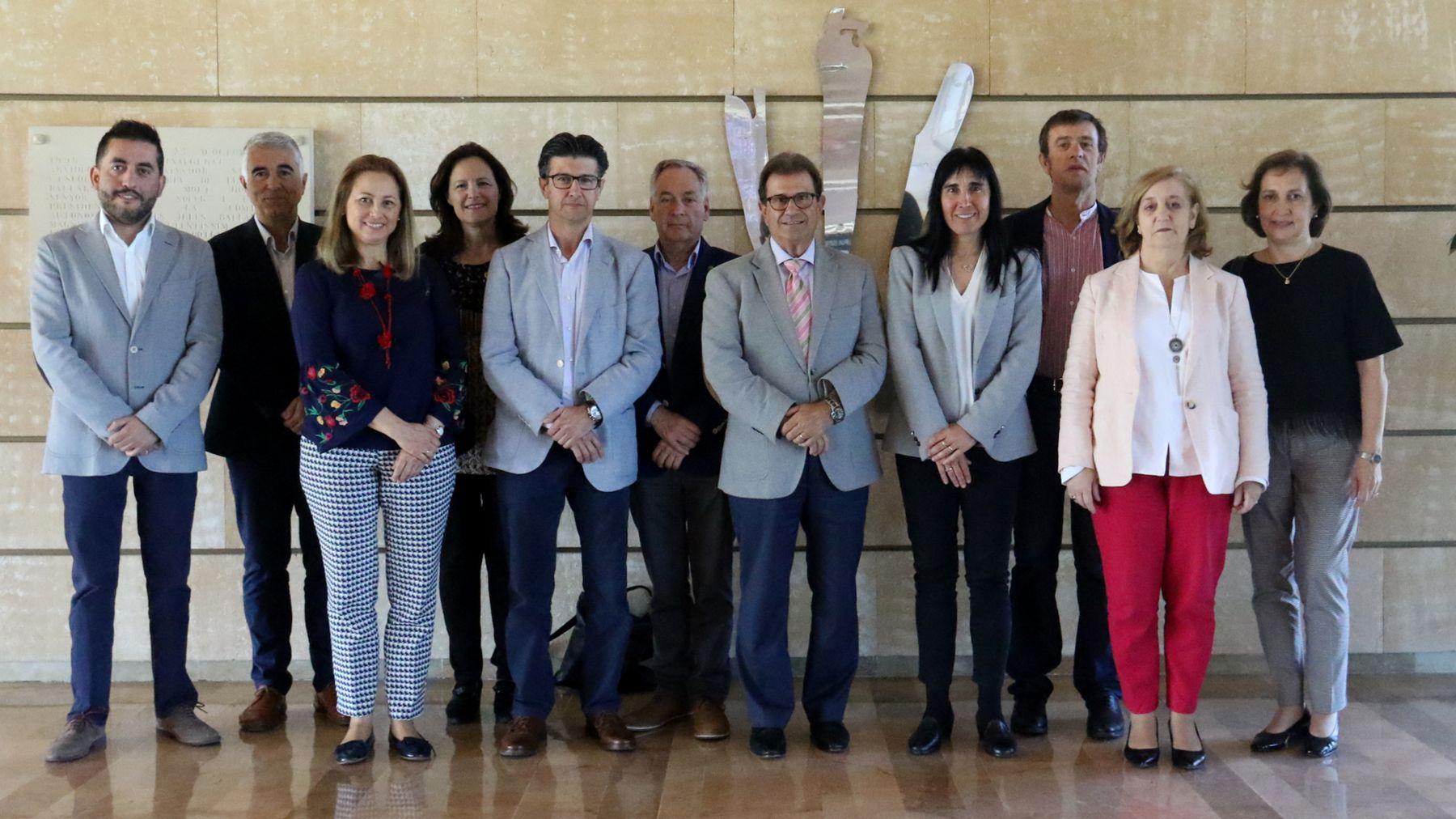 Foto de grupo de los asistentes a la reunión.