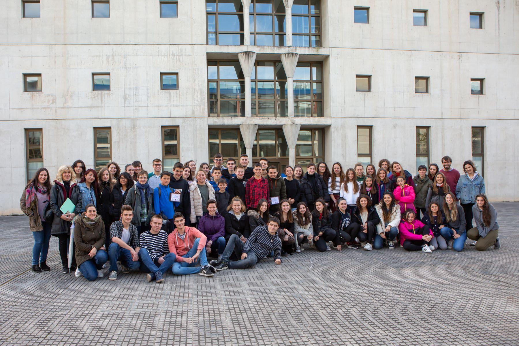 Estudiantes de Maestro de la UPNA y de Primaria del Colegio Sanduzelai y profesorado posan en el campus universitario.