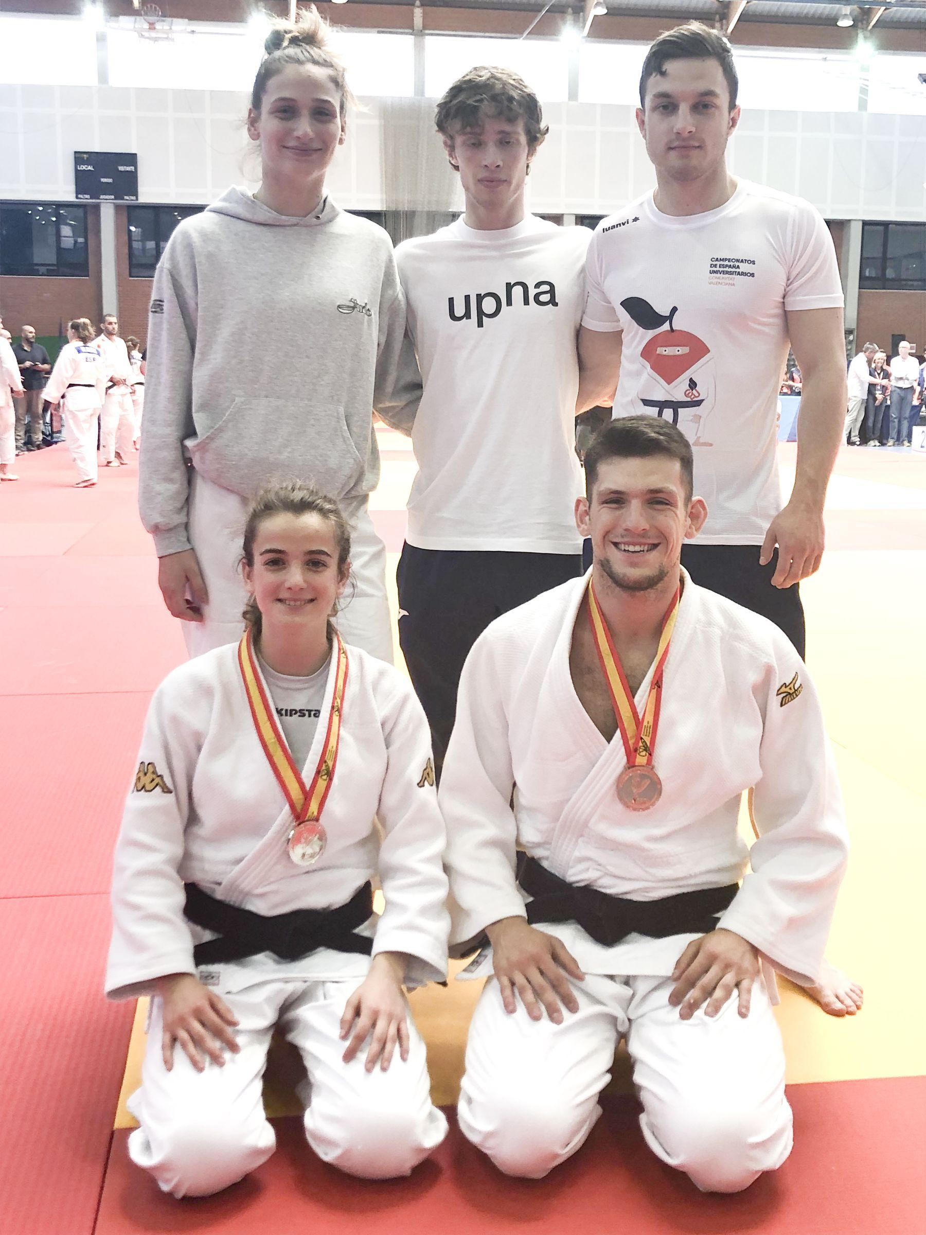 Equipo de judo de la UPNA, fotografiado en Valencia tras el campeonato. De pie (de izq. a dcha.), Saioa González, Javier Lassa y Anton Bonchak. Agachados (en el mismo sentido), Natalia Roda (plata) y Lucas Monreal (bronce).