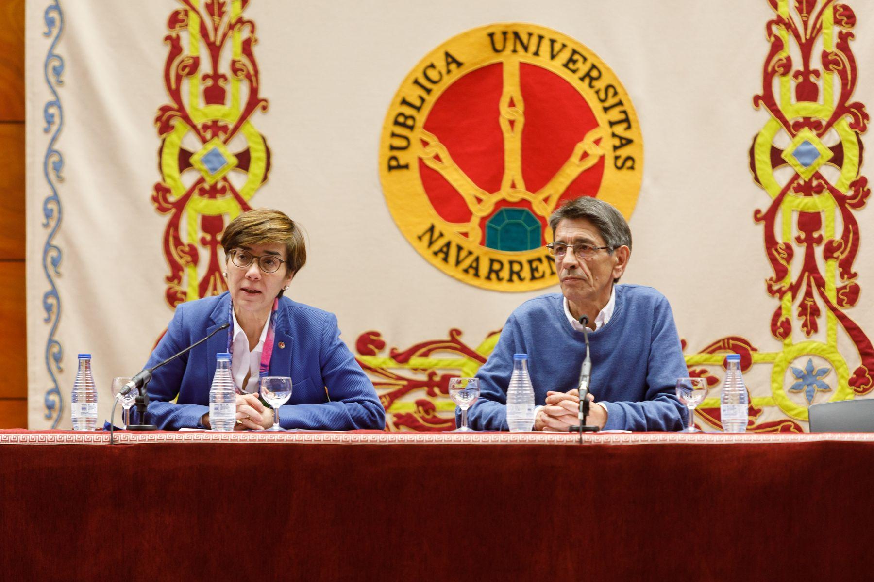 De izda. a dcha., Eloísa Ramírez Vaquero, vicerrectora de Proyección Universitaria y Relaciones Institucionales y Manuel Eciolaza, presidente de la asociación DMD Navarra.
