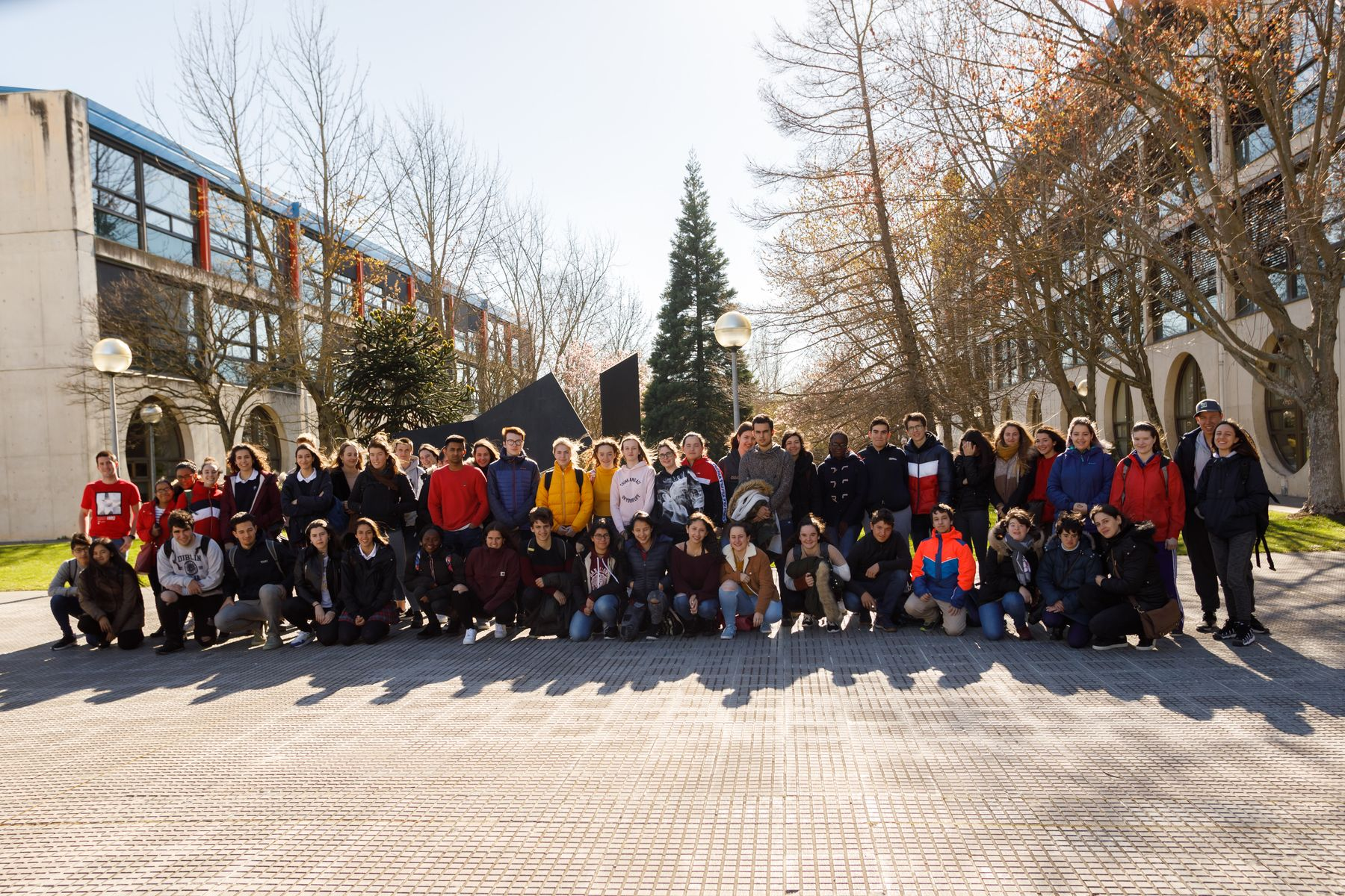 Corresponsales de información juvenil de Pamplona posan en el edificio de El Sario de la UPNA