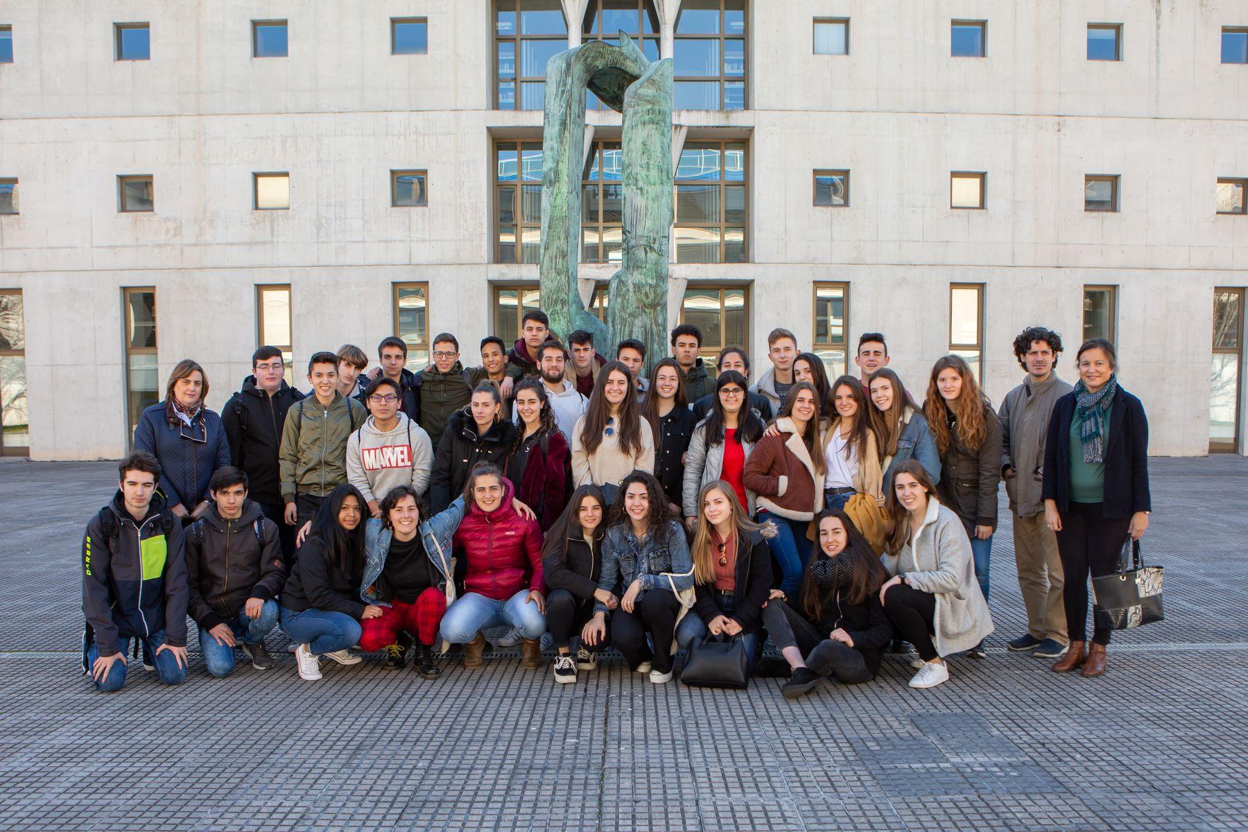 Estudiantes del IES Ibaialde de Burlada posan en el campus de Arrosadia de la UPNA