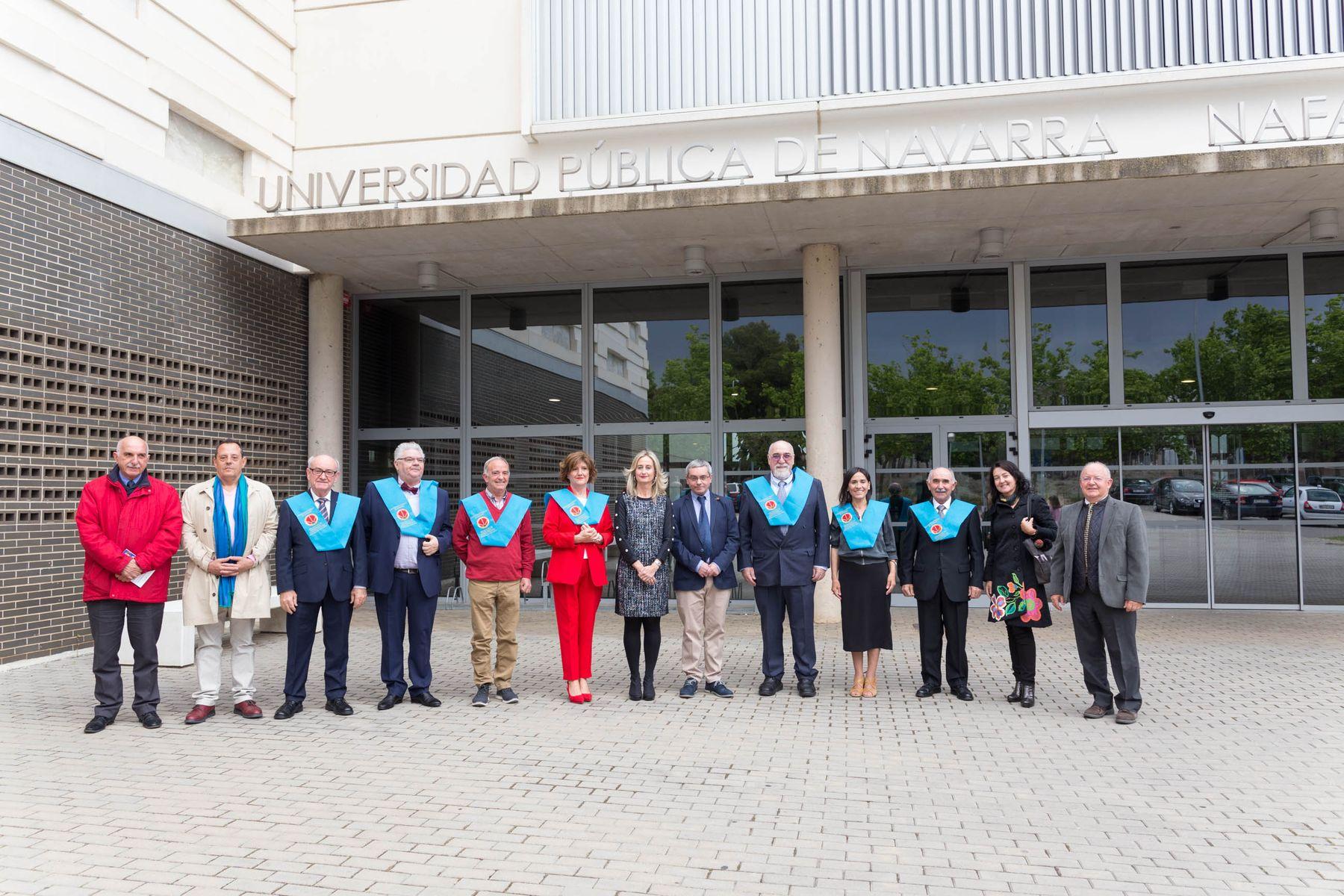 Foto de familia del Aula de la Experiencia de Tudela, con los estudiantes recién graduados y el profesorado.