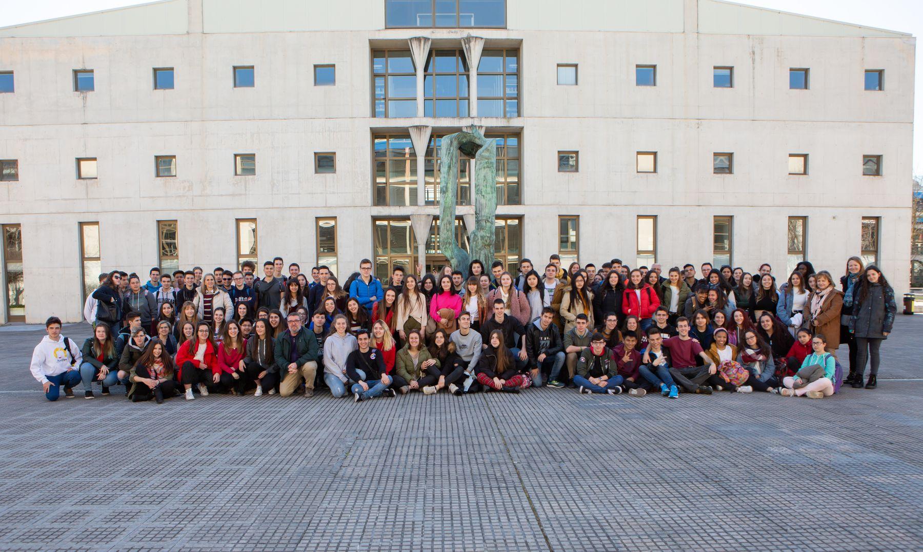 Estudiantes del IES Plaza de la Cruz de Pamplona posan en el campus de Arrosadia de la UPNA