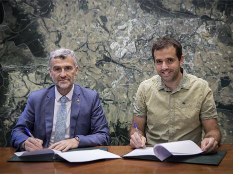 De izda. a dcha. el rector de la UPNA, Alfonso Carlosena, y el presidente de la Mancomunidad de la Comarca de Pamplona, Aritz Ayesa.