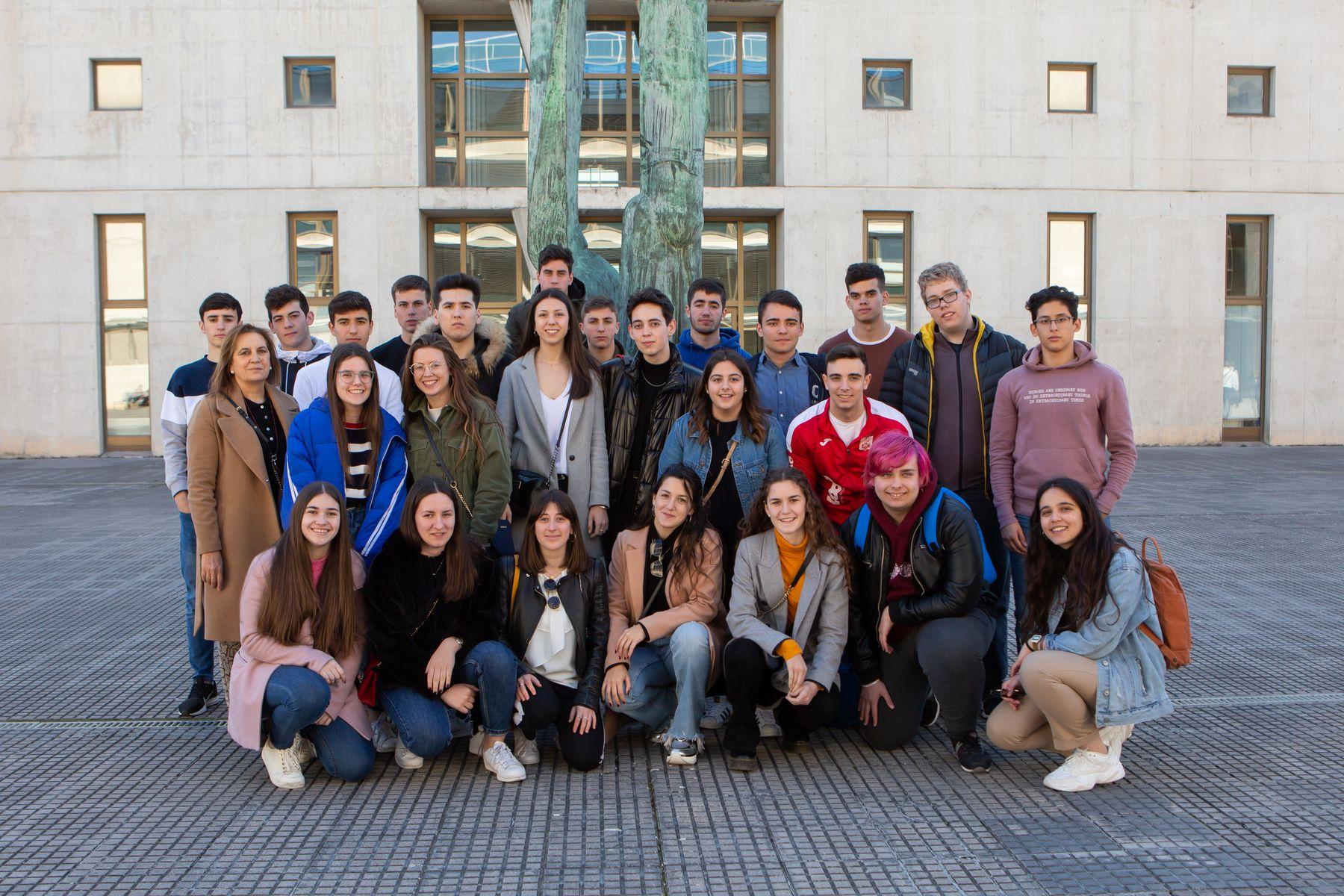 Estudiantes del IES Alhama de Corella posan en el campus de Arrosadia de la UPNA.
