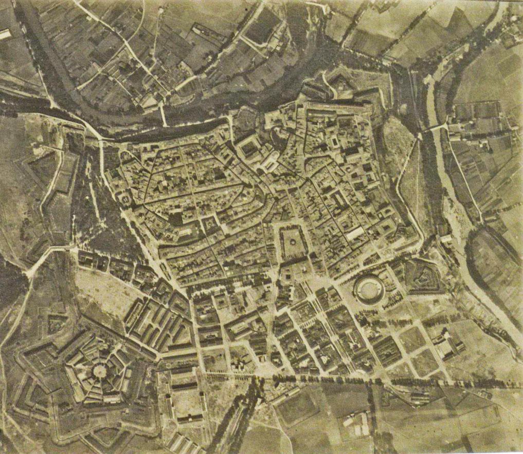 Foto aérea de Pamplona, tomada hacia 1925 y correspondiente al legado de Leoncio Urabayen