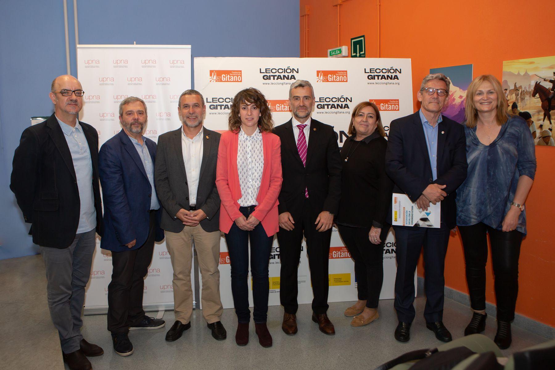 Autoridades y profesorado posan en el campus de Arrosadia de la UPNA, en Pamplona, al inicio del acto de celebración del décimo aniversario del diploma.