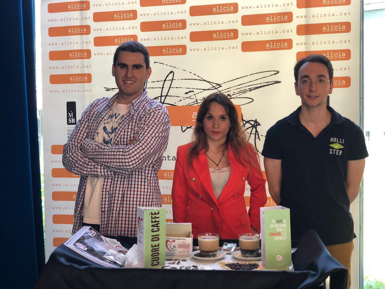 El equipo de la UPNA, formado por Álvaro Maestre (izq.), Irene y Guillermo Albero, posa en la final del concurso Ecotrophelia, celebrada en Barcelona.