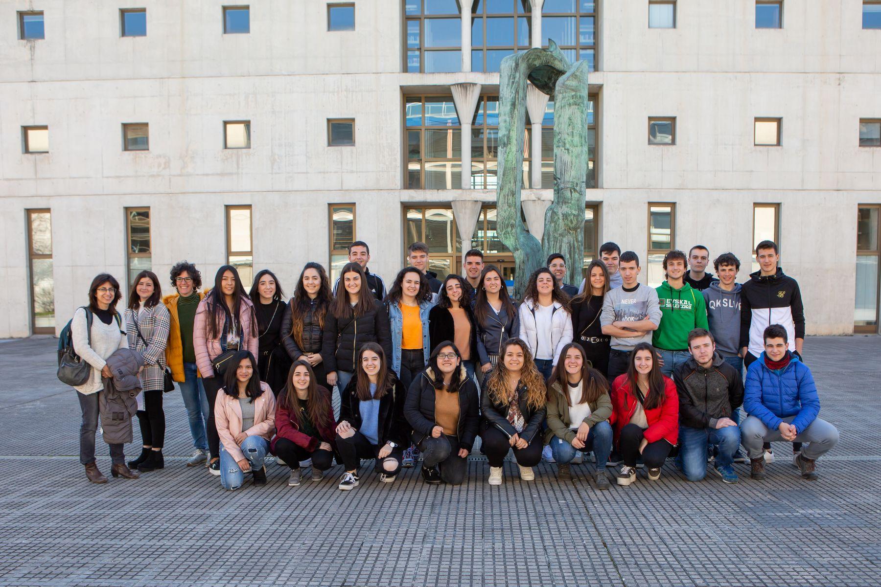Estudiantes del IES Marqués de Villena de Marcilla posan en el campus de Arrosadia de la UPNA.