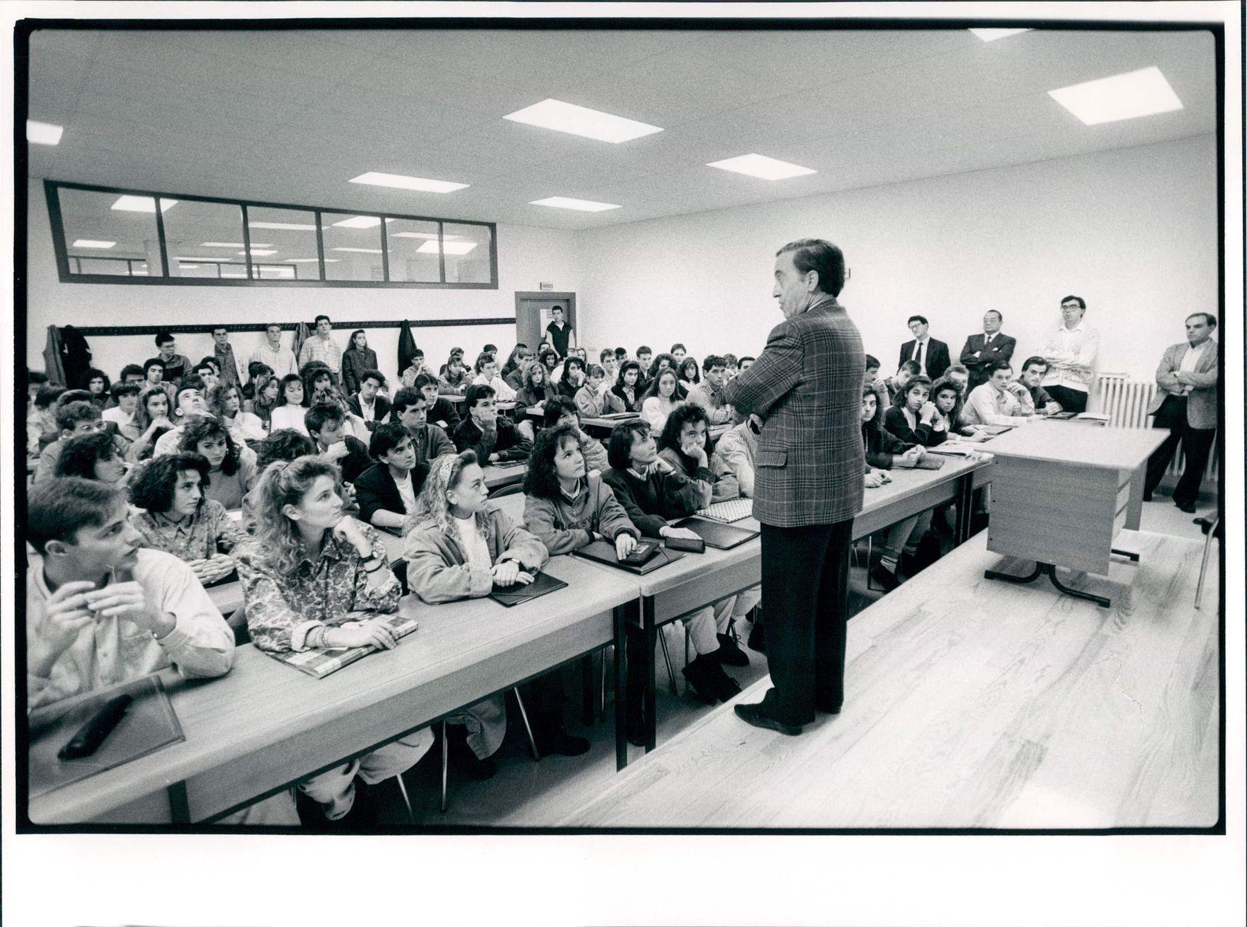 Año 1989: estudiantes de la primera promoción de ADE y Economía reciben el saludo del entonces presidente de la Comisión Gestora de la UPNA, Pedro Burillo López (futuro rector), en el edificio de El Sario. De pie, de derecha a izquierda, los profesores Alejandro Arizkun, Javier Puértolas, Carlos Salvador y Manuel Rapún.