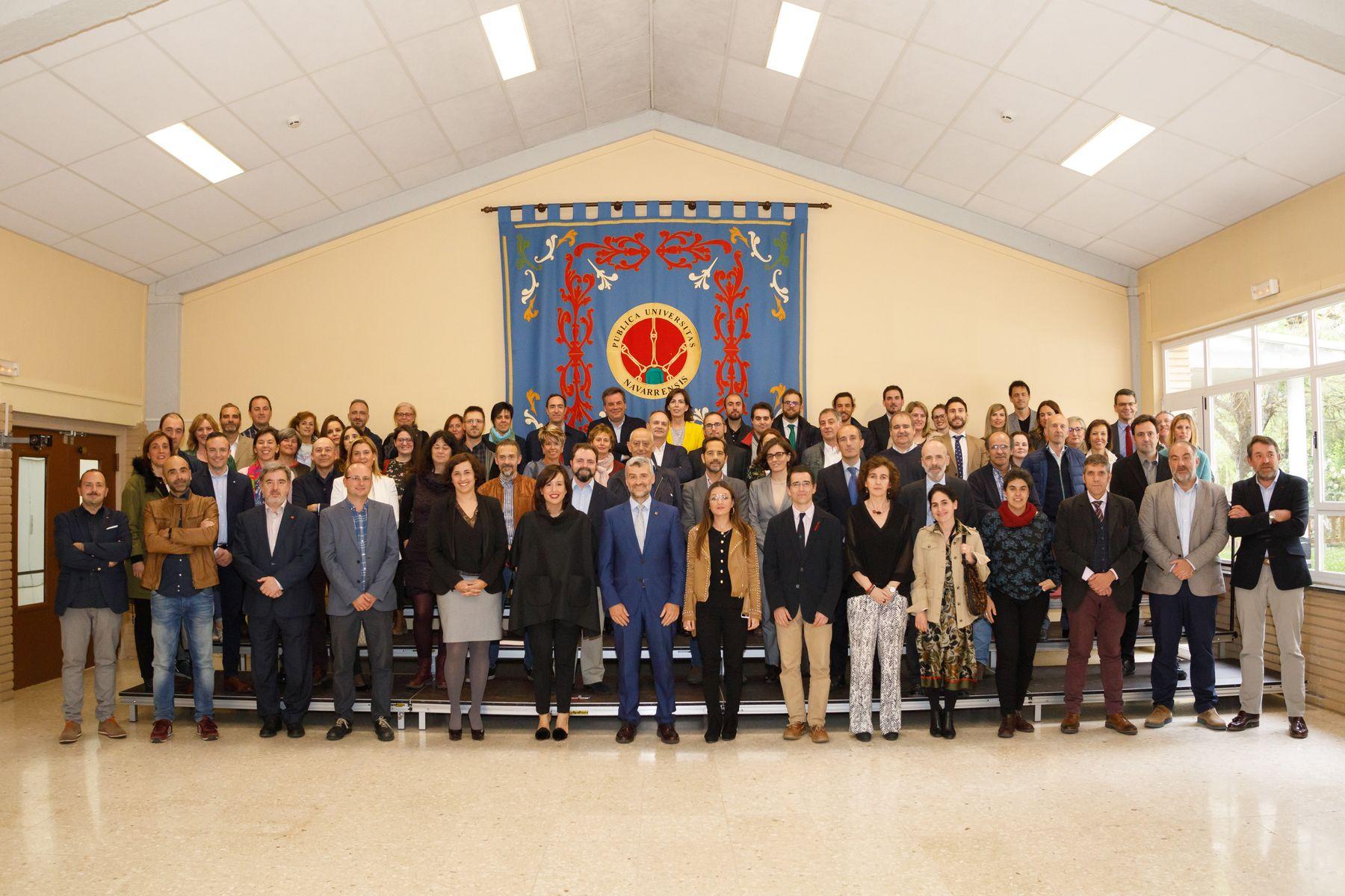 Foto de grupo con parte de los asistentes al acto de reconocimiento, estudiantes y representantes de la Universidad.