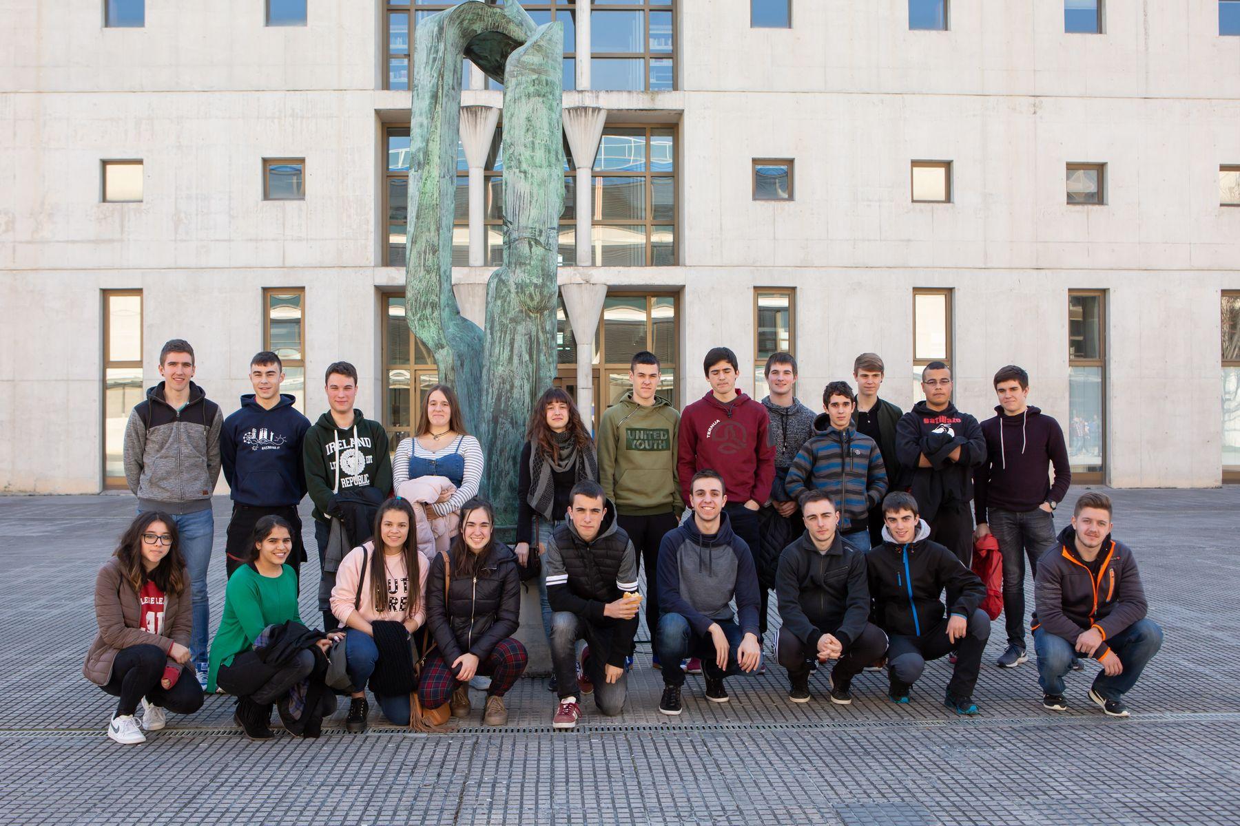 Una parte de los estudiantes del IES Altsasu, posando en el campus de Arrosadia de la UPNA.