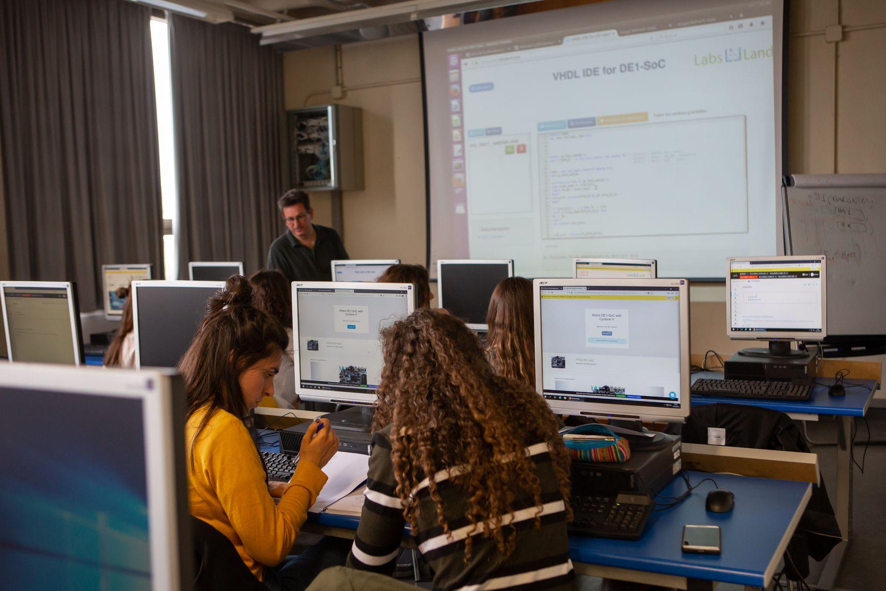 Los estudiantes se conectan al laboratorio remoto en una sesión práctica celebrada en el Aulario del campus de Arrosadia, en Pamplona.