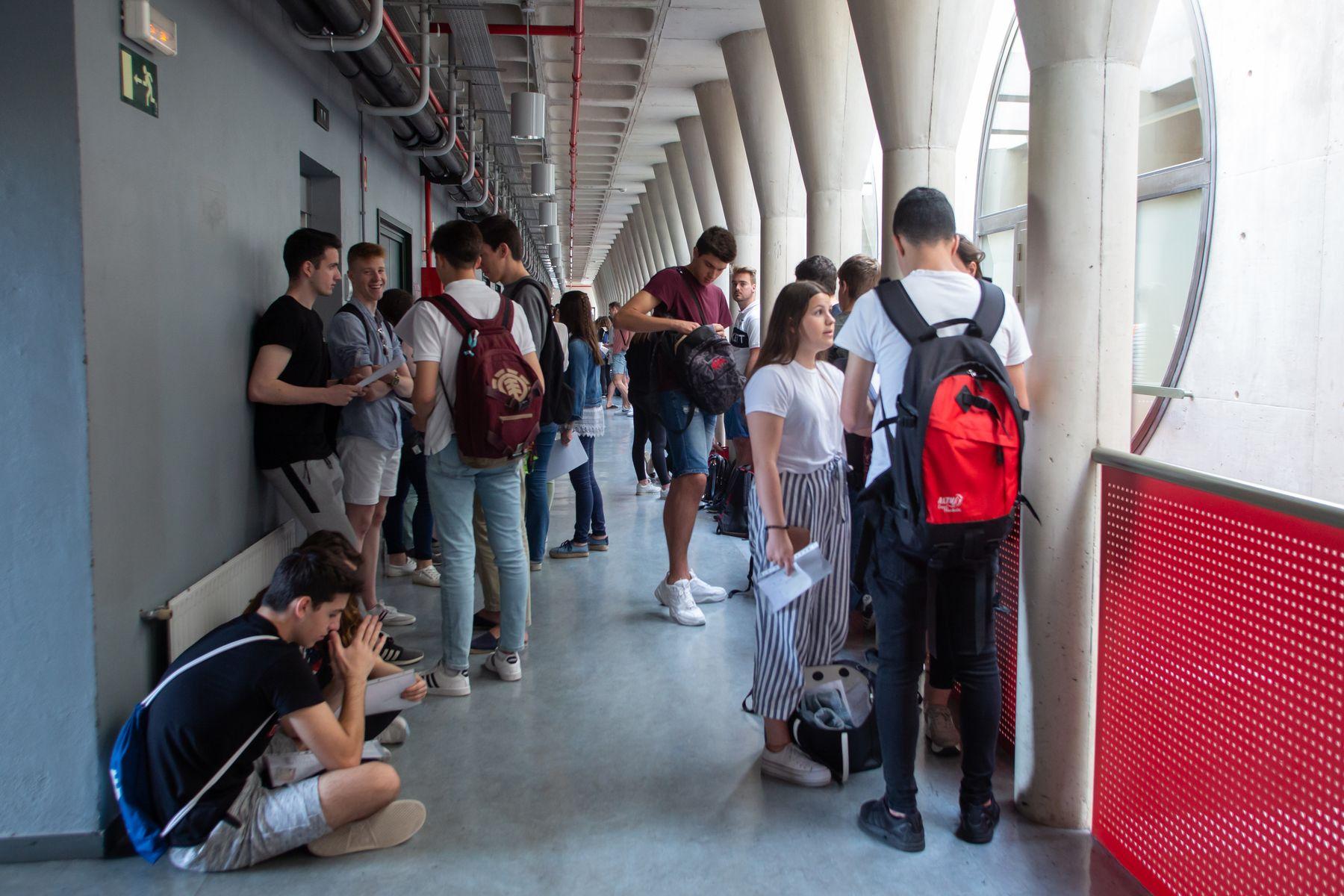Alumnado, a la espera de comenzar la EvAU en Pamplona.