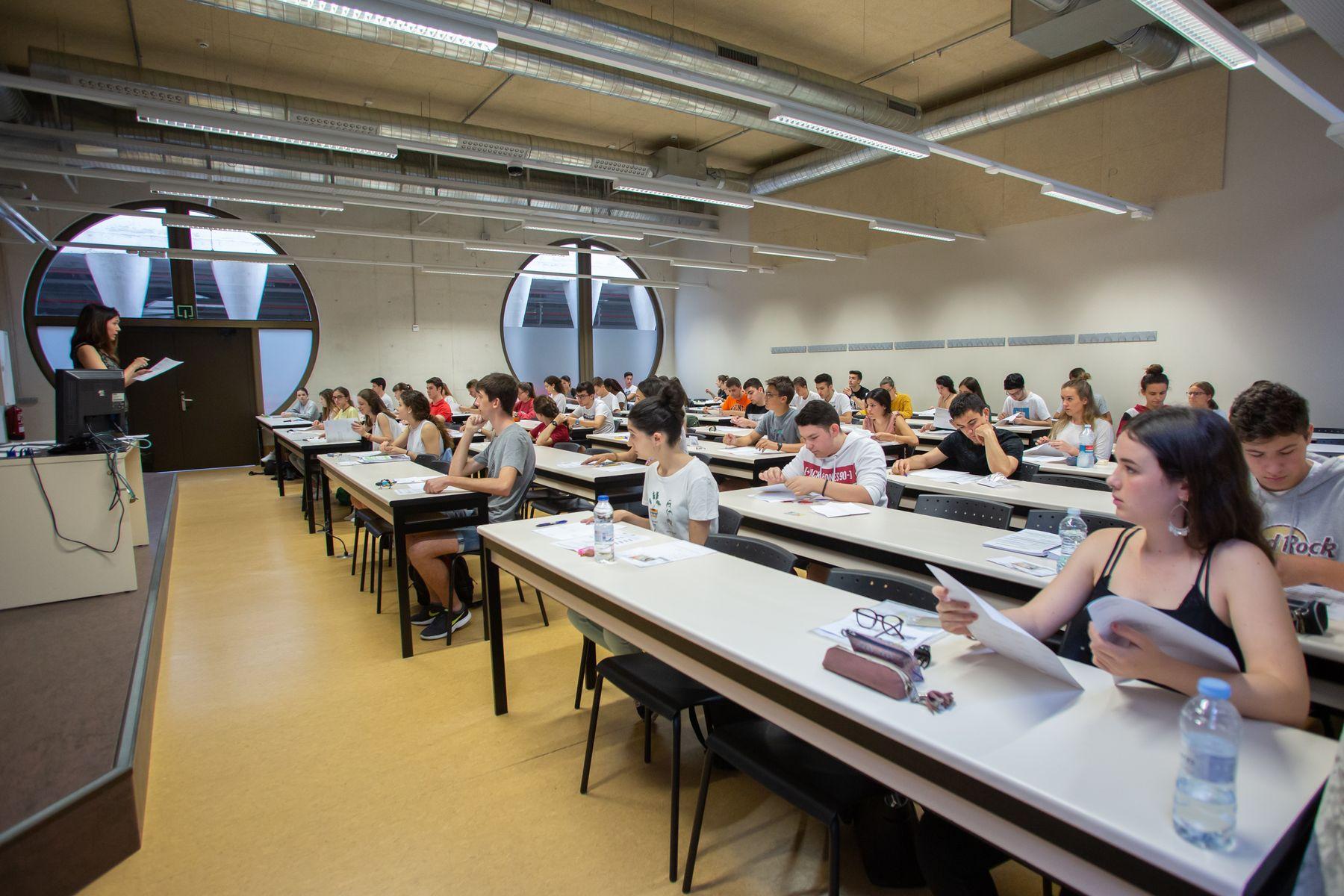 Una profesora da instrucciones en el inicio de las pruebas.