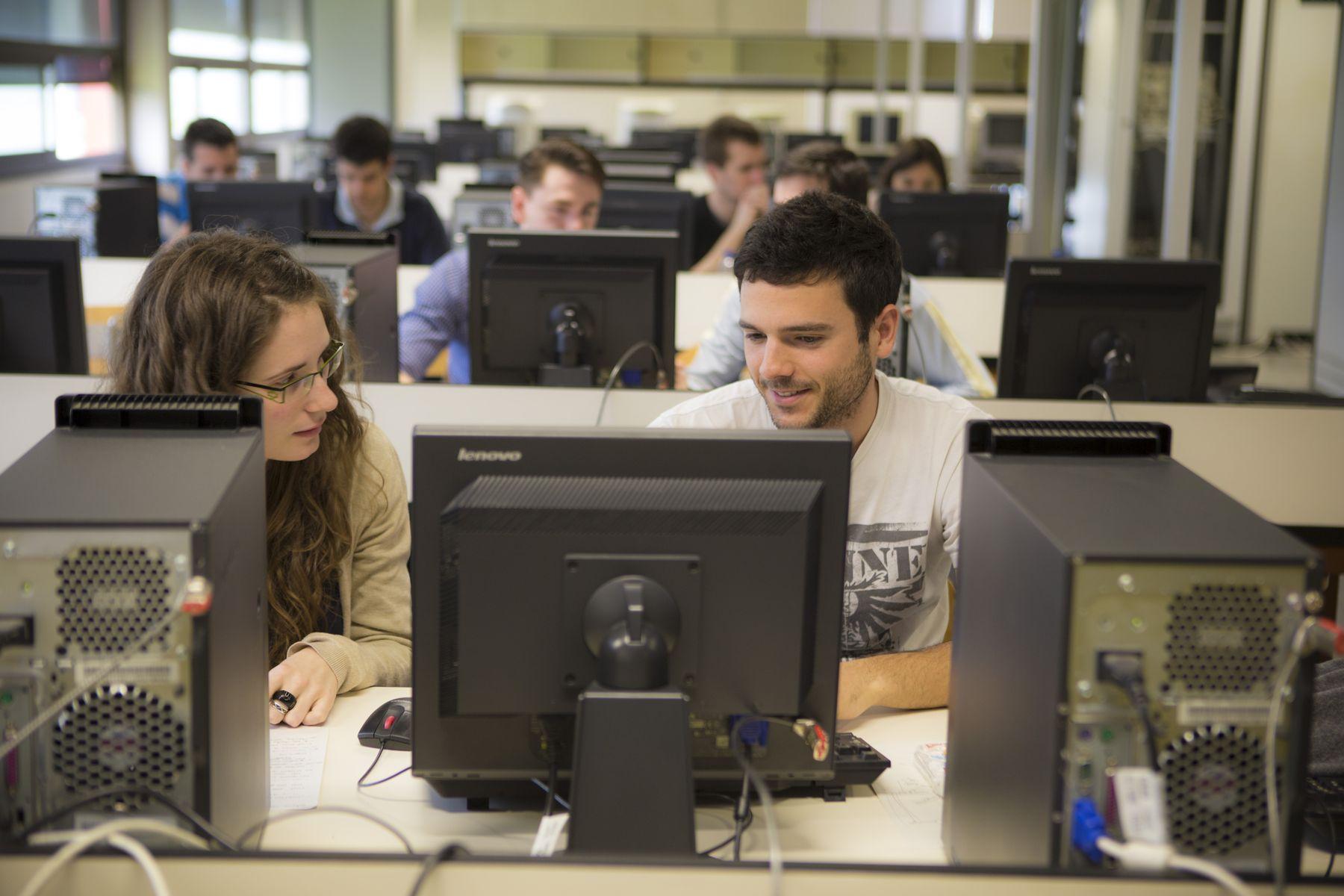 Clase de máster en un laboratorio de telemática del campus de Arrosadia de Pamplona