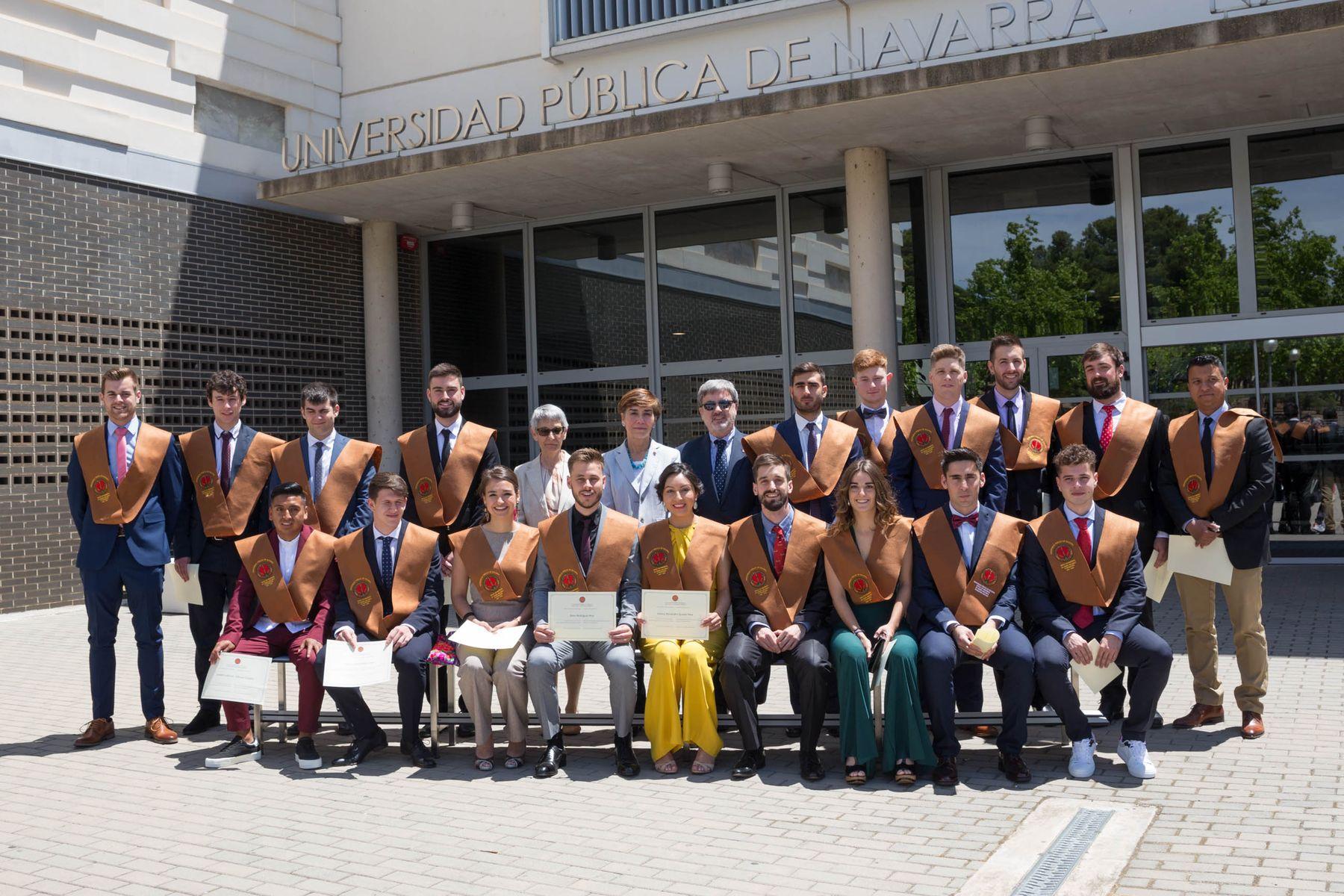 El alumnado de la Escuela Técnica Superior de Ingenieros Industriales y de Telecomunicación (ETSIIT) del campus de Tudela posa con las autoridades, tras la ceremonia
