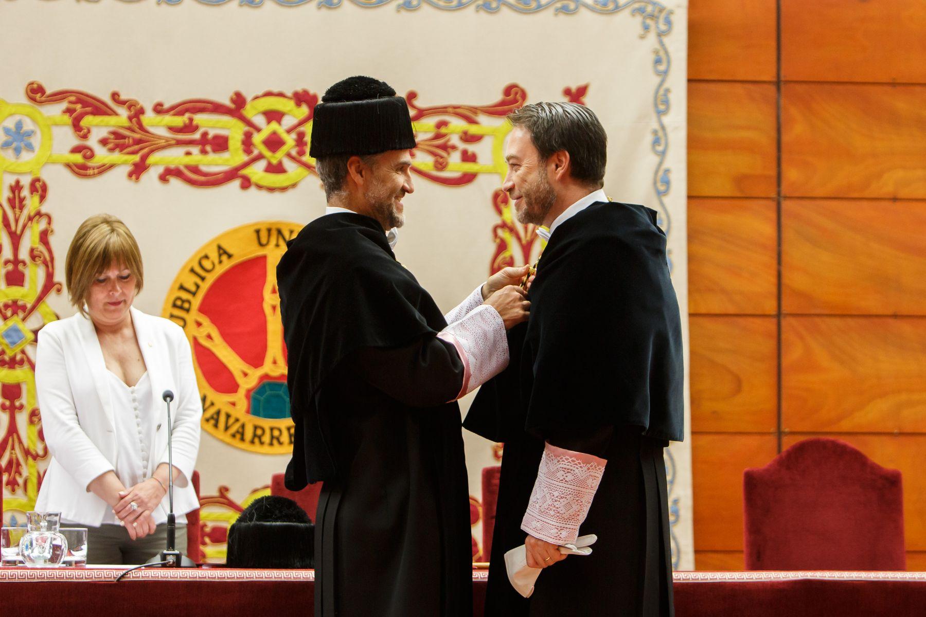 El rector saliente, Alfonso Carlosena, impone la medalla al nuevo rector.