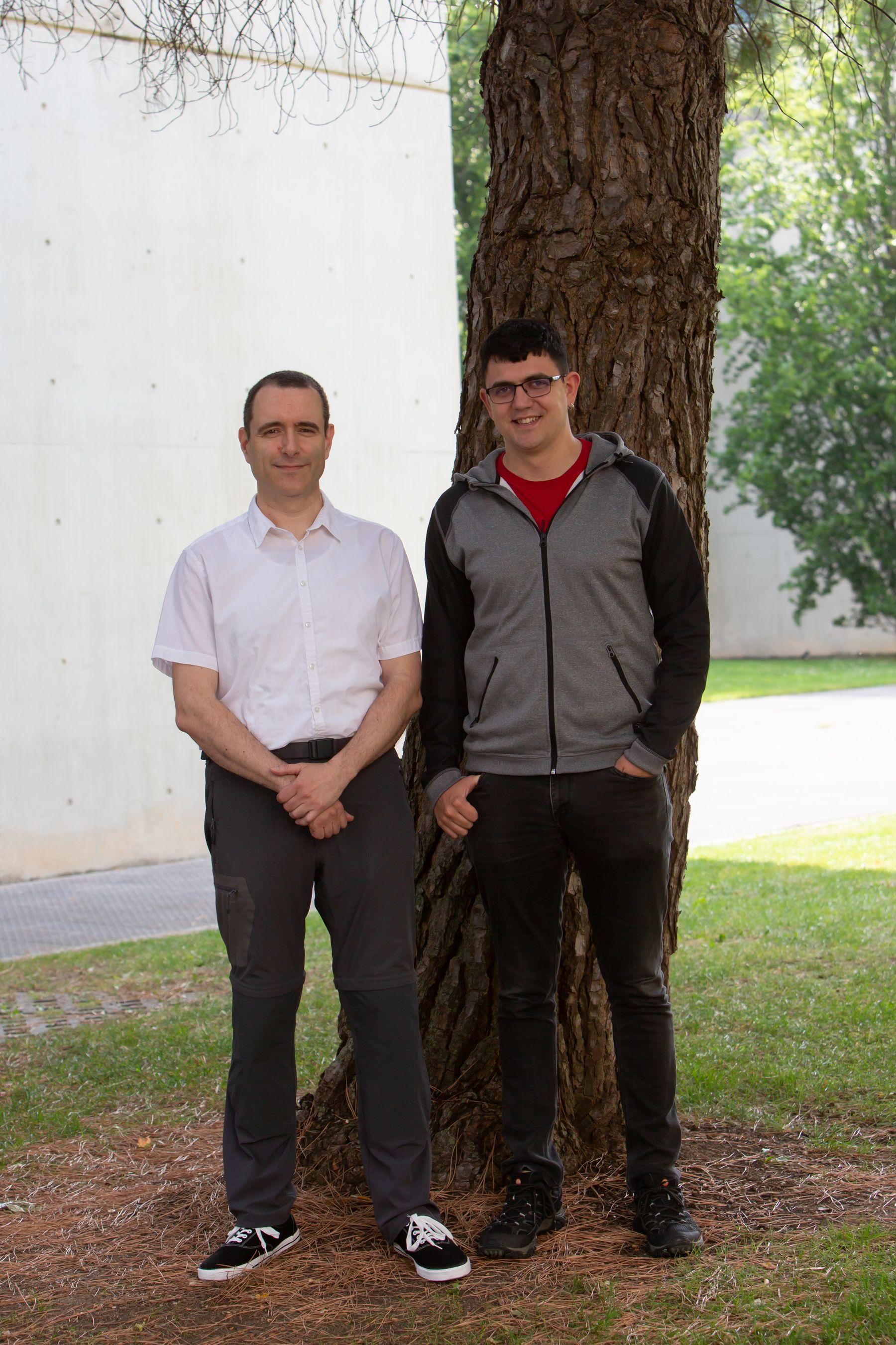 Eduardo Berrueta (dcha.) posa con Daniel Morató, su director del trabajo de fin de máster premiado.