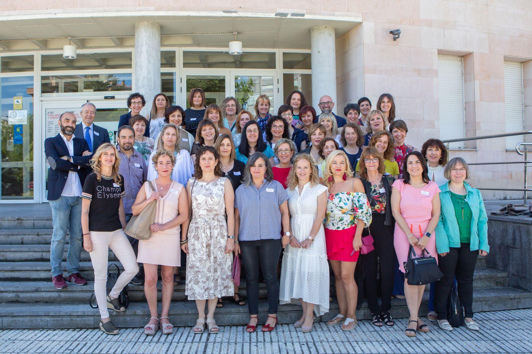 Foto de familia del encuentro con motivo del 25.º aniversario de la segunda promoción de Enfermería de la UPNA, instantánea tomada en las escalinatas de la Faculta de Ciencias de la Salud, en Pamplona.