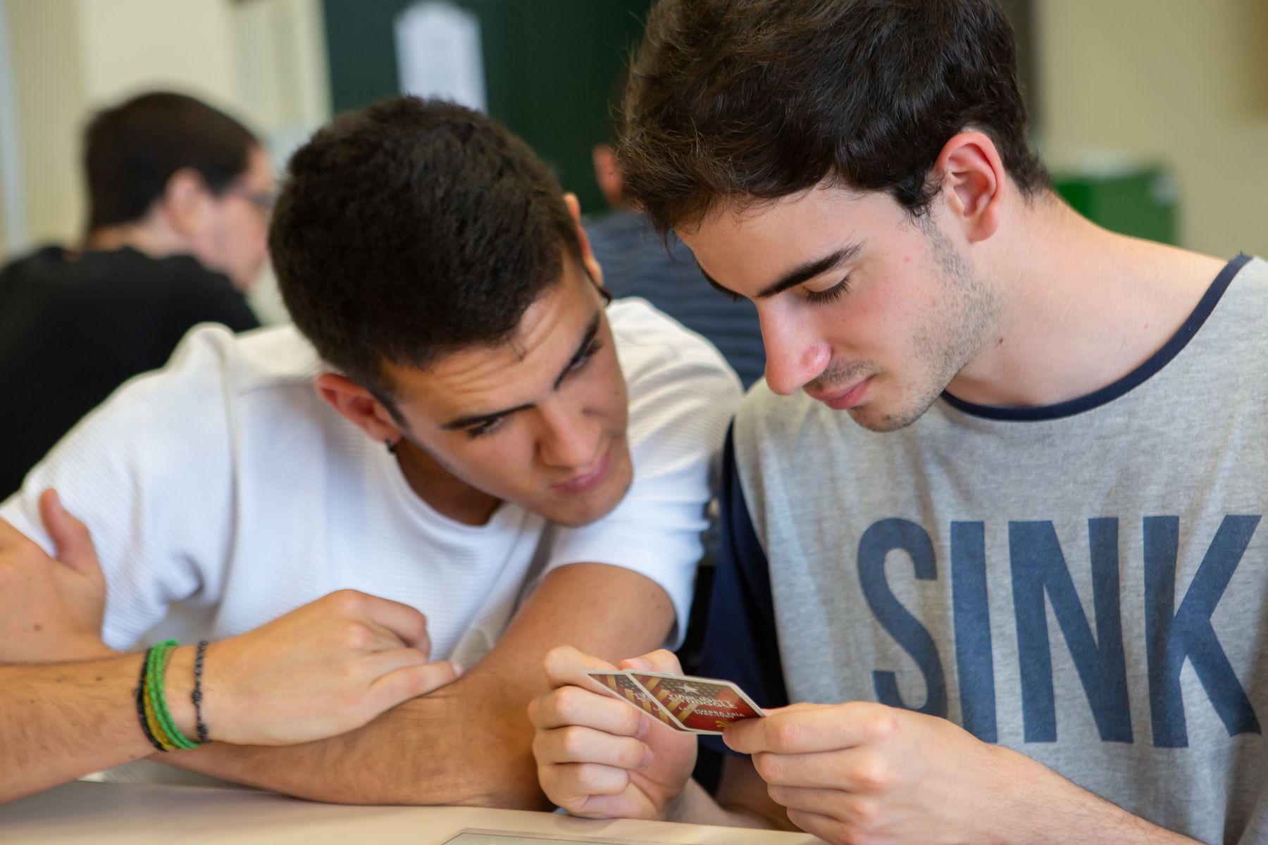 """Dos estudiantes analizan las cartas del """"Twilight Struggle"""""""