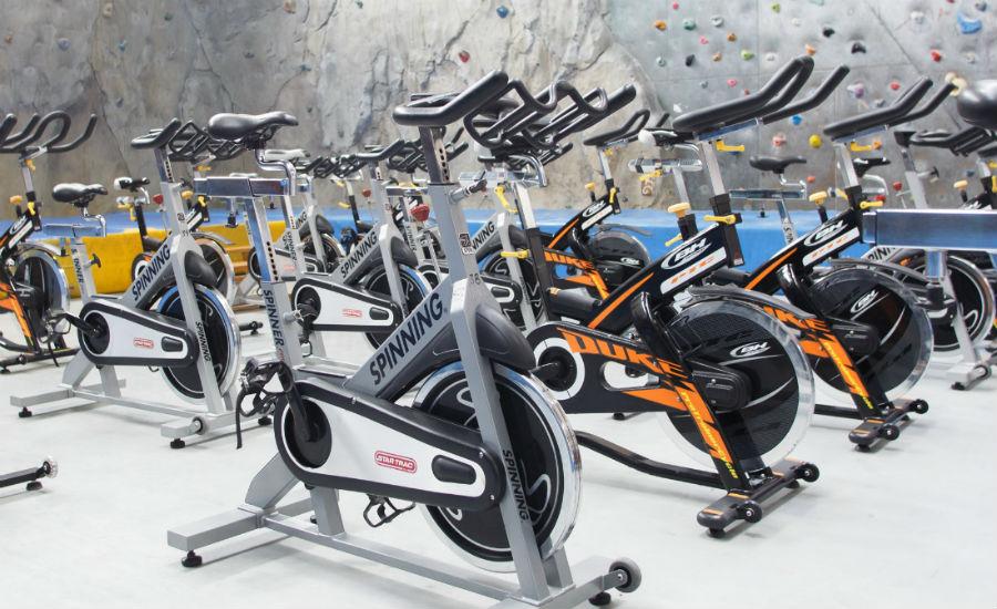Imagen del rocódromo y bicicletas de spinning.