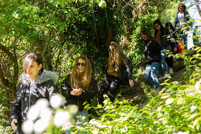 Un grupo de estudiantes, durante uno de los paseos guiados por Burlada.
