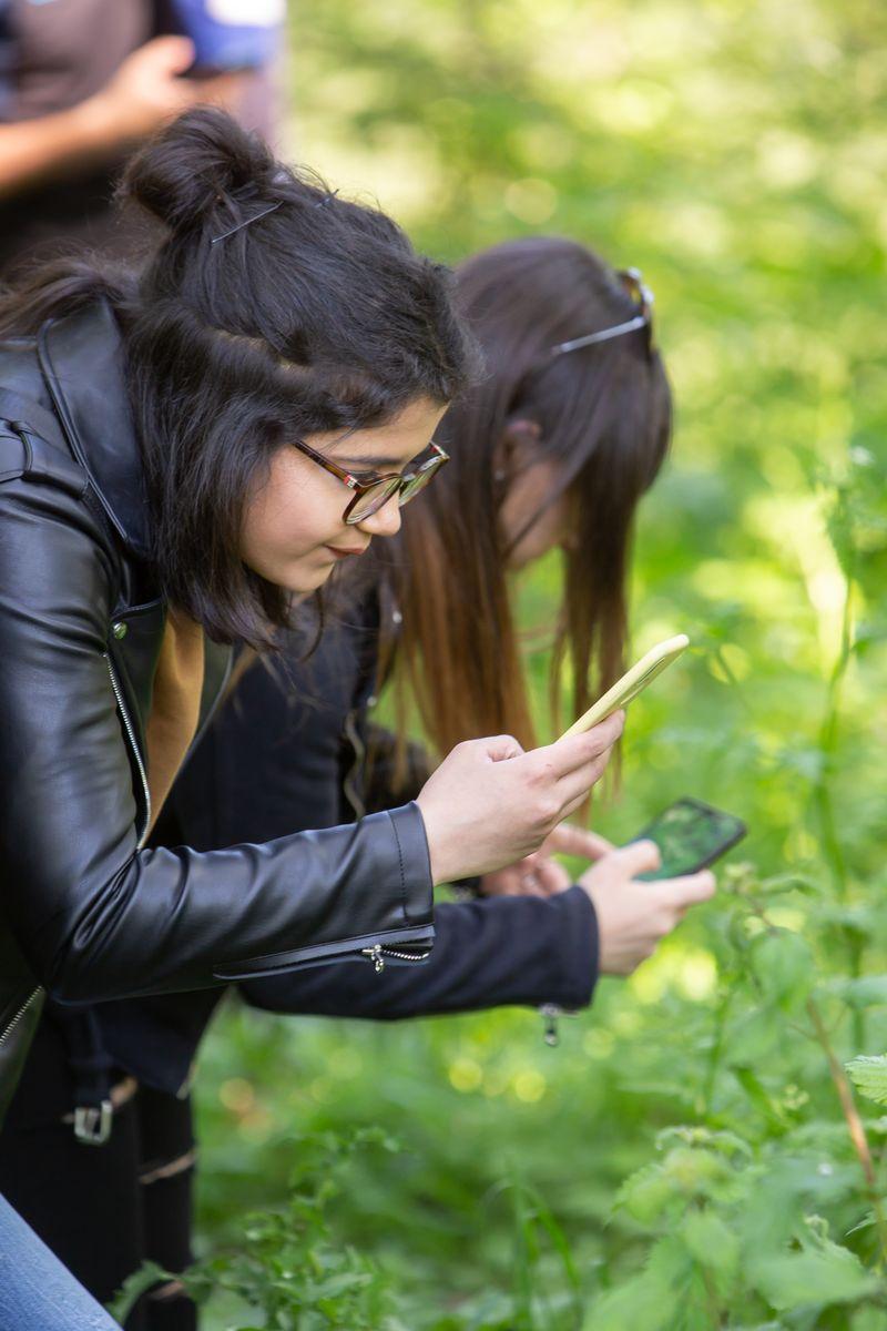Unas estudiantes, con sus móviles, sacando unas fotos.